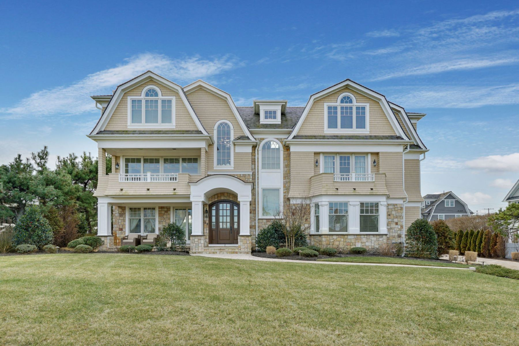 Maison unifamiliale pour l Vente à Perfection Knows No Boundaries 2 Neptune Place, Sea Girt, New Jersey 08750 États-Unis