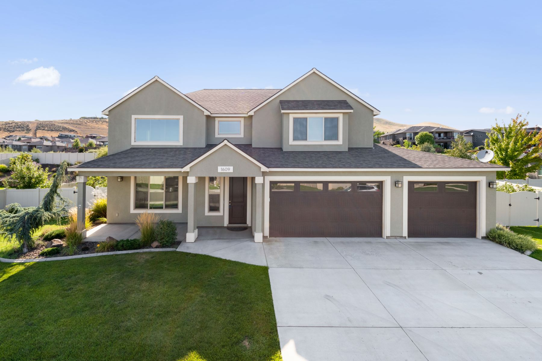 Single Family Homes for Sale at Lexington Heights Bright, Light, & Modern 1609 Molly Marie Avenue Richland, Washington 99352 United States