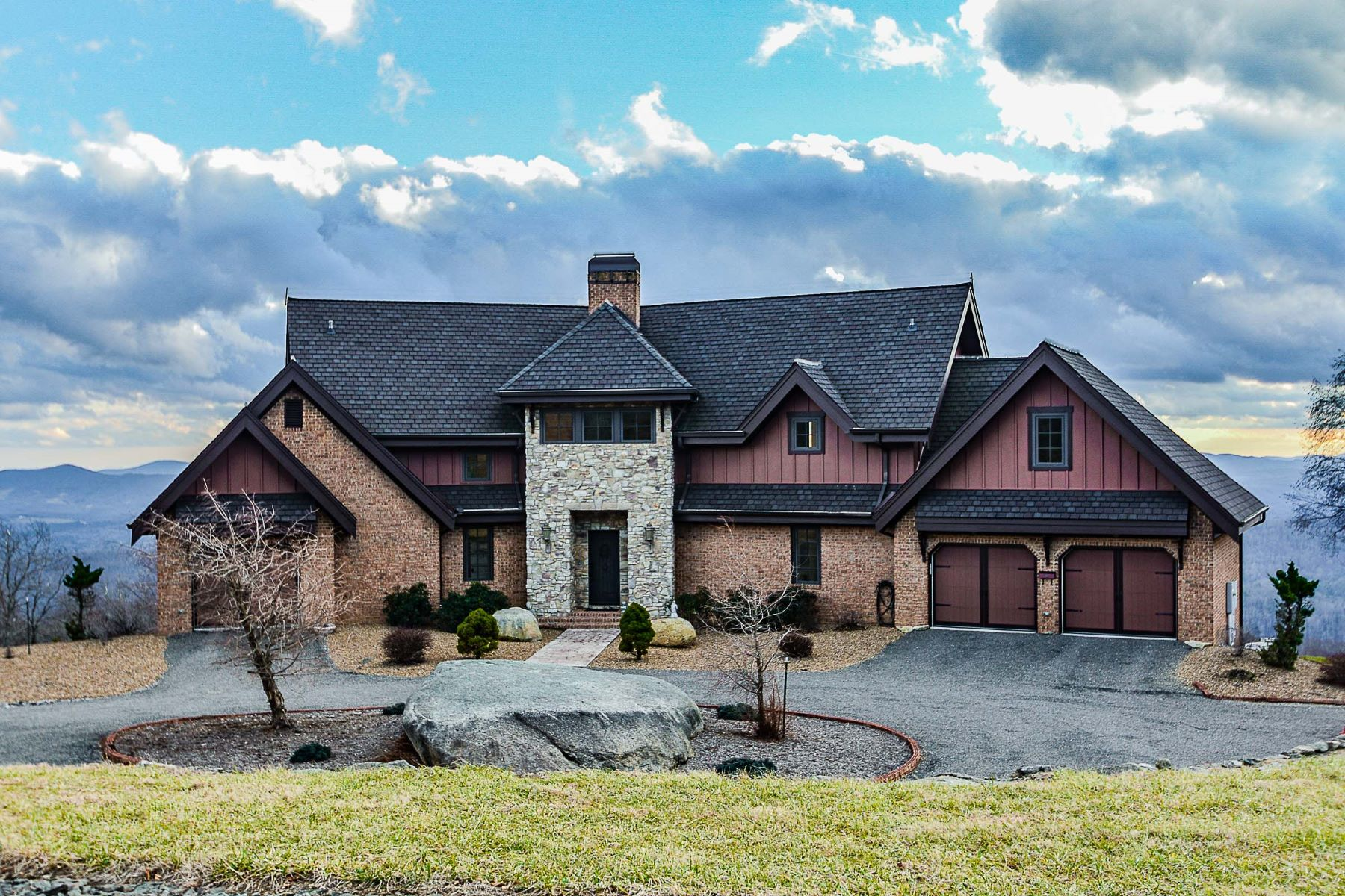 Single Family Homes pour l Vente à 251 Running Bear Ct Point Lookout Mountain Independence, Virginia 24348 États-Unis