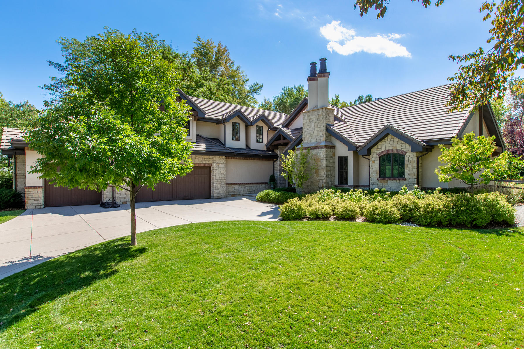 Property por un Venta en Set on a private and perfectly landscaped southern lot! 18 Cottonwood Ln Greenwood Village, Colorado 80121 Estados Unidos