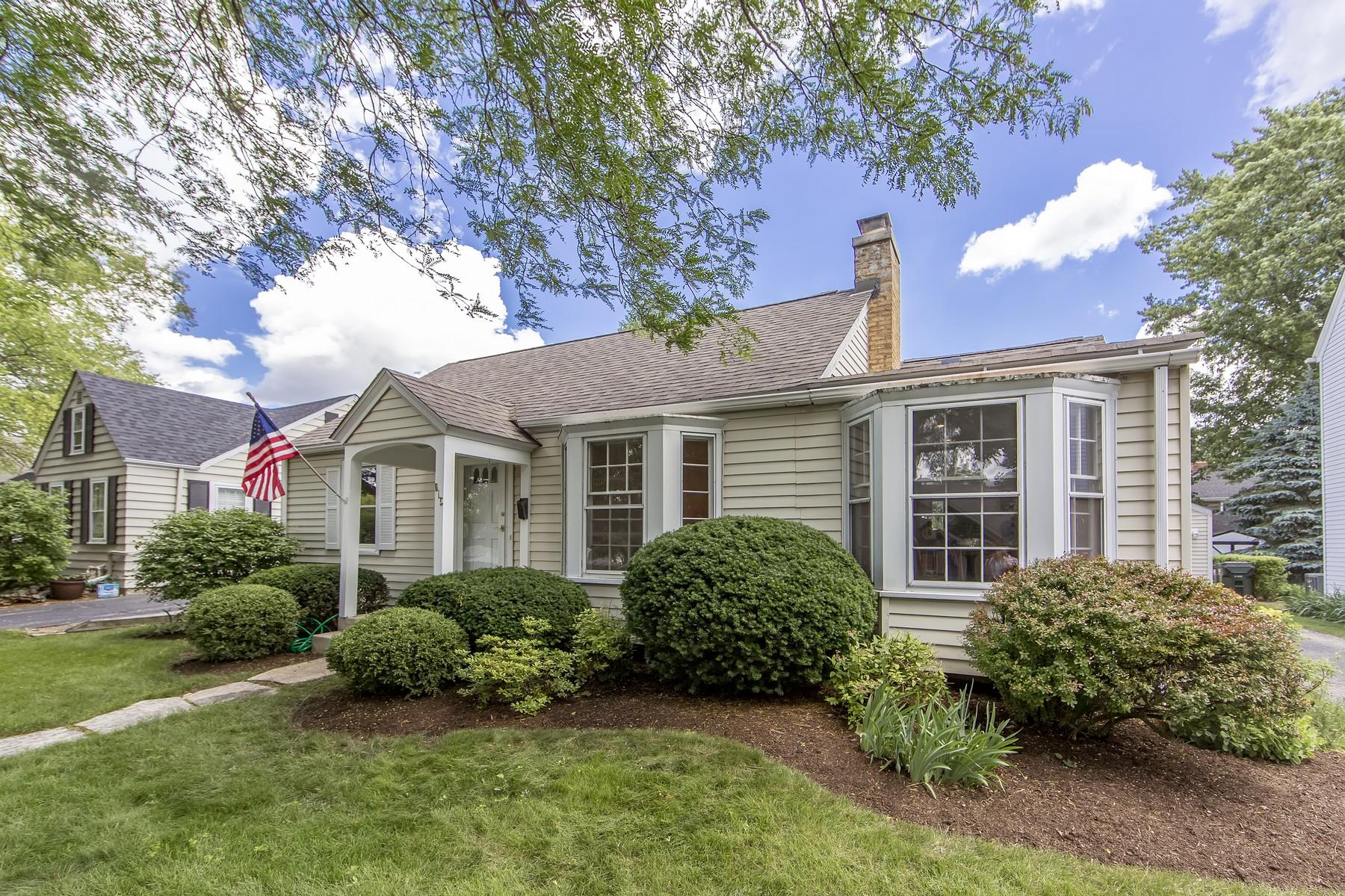 Einfamilienhaus für Verkauf beim One Story Cape Cod 615 Division Street Barrington, Illinois, 60010 Vereinigte Staaten