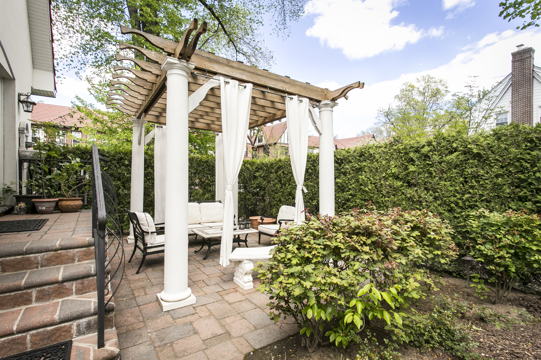"Additional photo for property listing at ""PICTURE PERFECTION"" 74-00 Kessel Street, Forest Hills, New York 11375 United States"