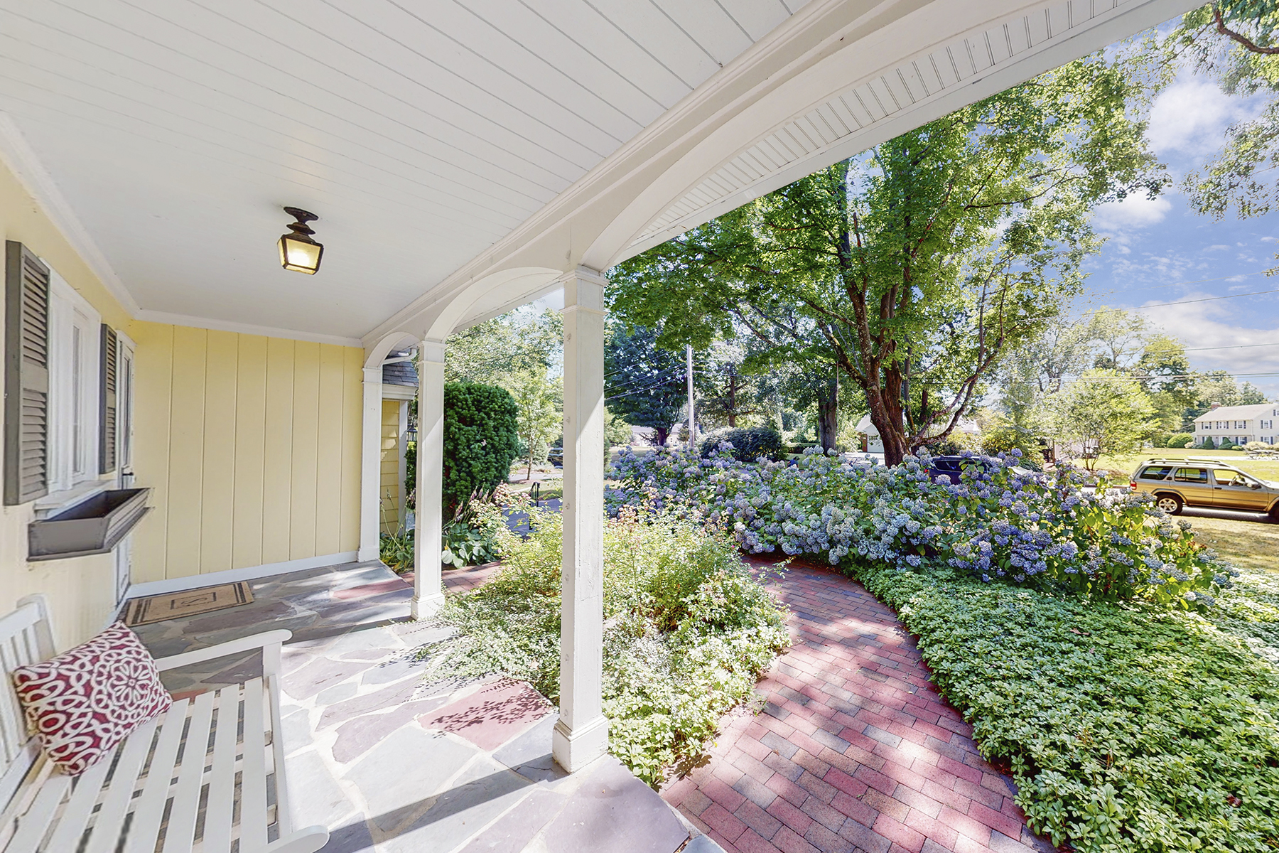 Single Family Homes 为 销售 在 Updated Cape on Quiet Cul-de-Sac 67 King Philip Circle 沃里克, 罗得岛 02888 美国
