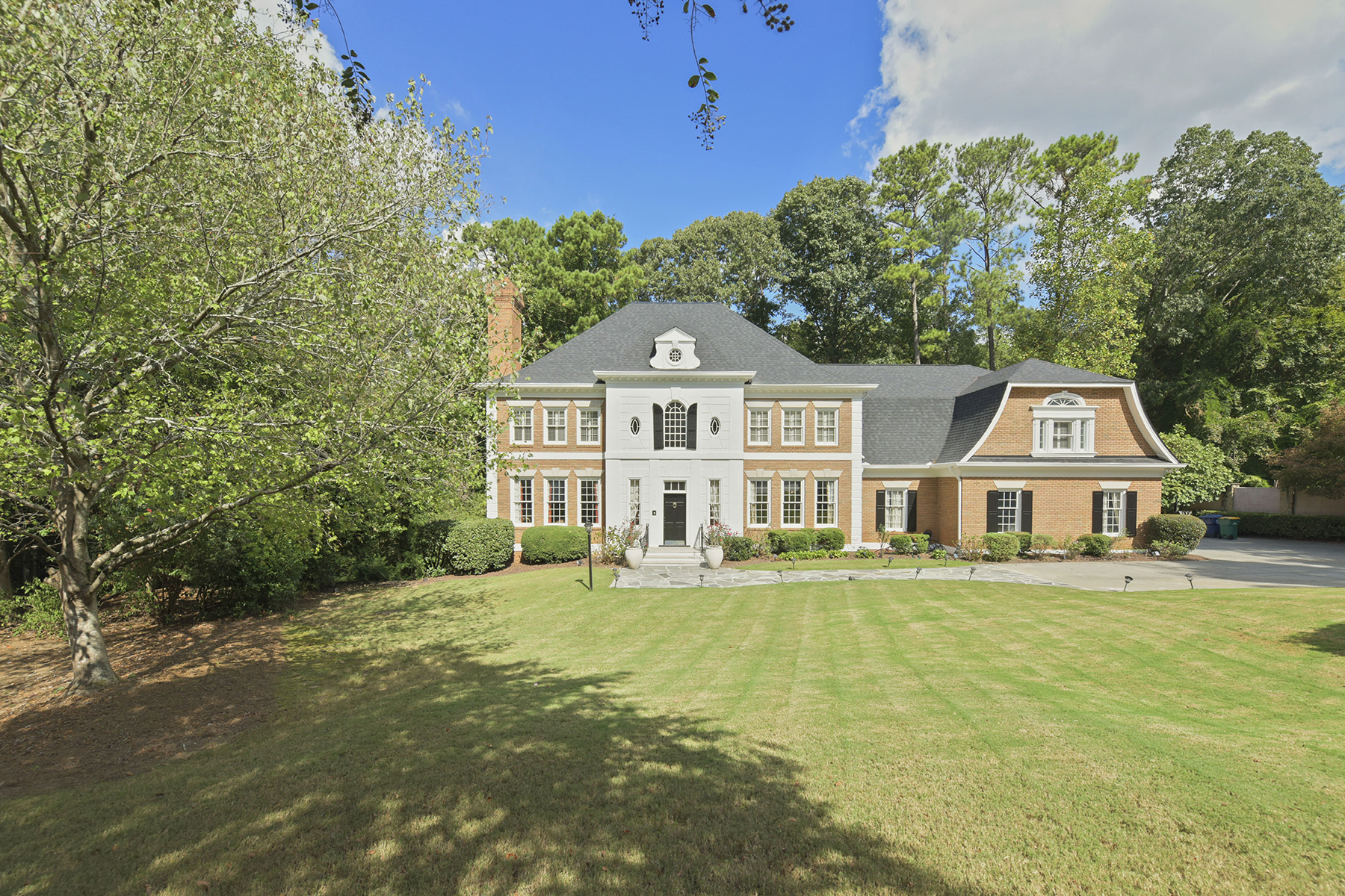 Property のために 売買 アット Brick Home With Dramatic Two Story Foyer, With Double Trey Ceilings 915 Marseilles Drive NW, Atlanta, ジョージア 30327 アメリカ