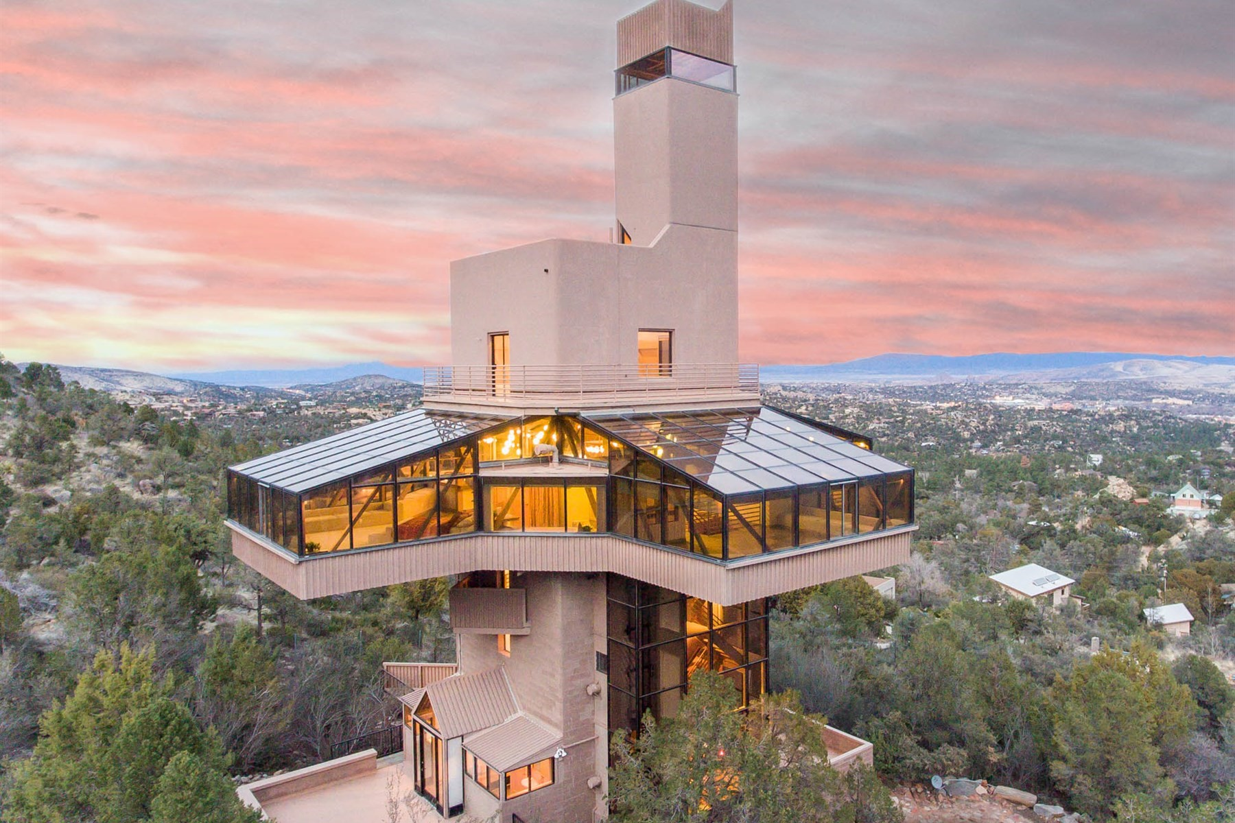 Casa Unifamiliar por un Venta en Falcon Nest is the world's tallest single-family house in Prescott 2365 Skyline Dr Prescott, Arizona, 86303 Estados Unidos