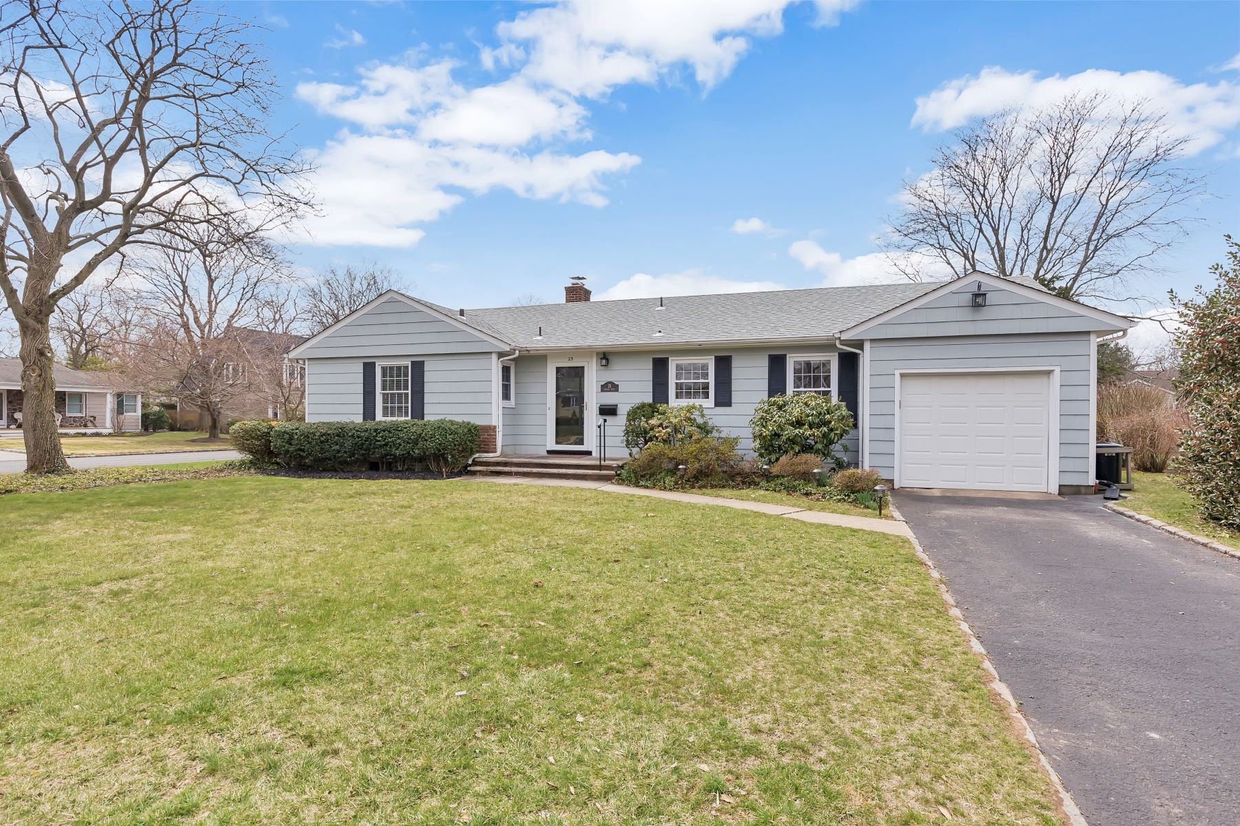 Частный односемейный дом для того Аренда на Sunny, Bright and Easy Living 23 Mohawk Trail, Westfield, Нью-Джерси 07090 Соединенные Штаты