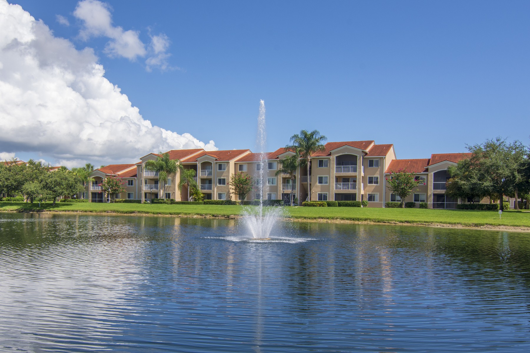 Condominiums のために 売買 アット Beautiful Two Bedroom Second Floor Condo 1650 N 42nd Circle #209 Vero Beach, フロリダ 32967 アメリカ