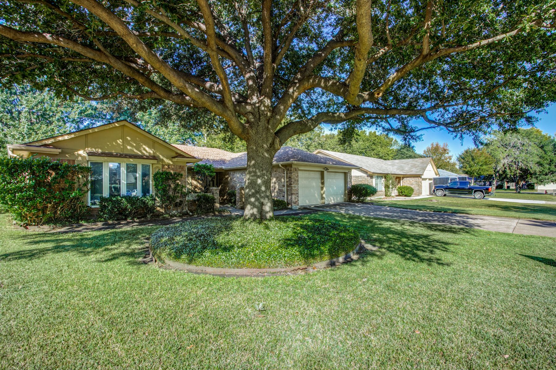 Single Family Homes for Sale at 5537 Wood View Street North Richland Hills, Texas 76180 United States