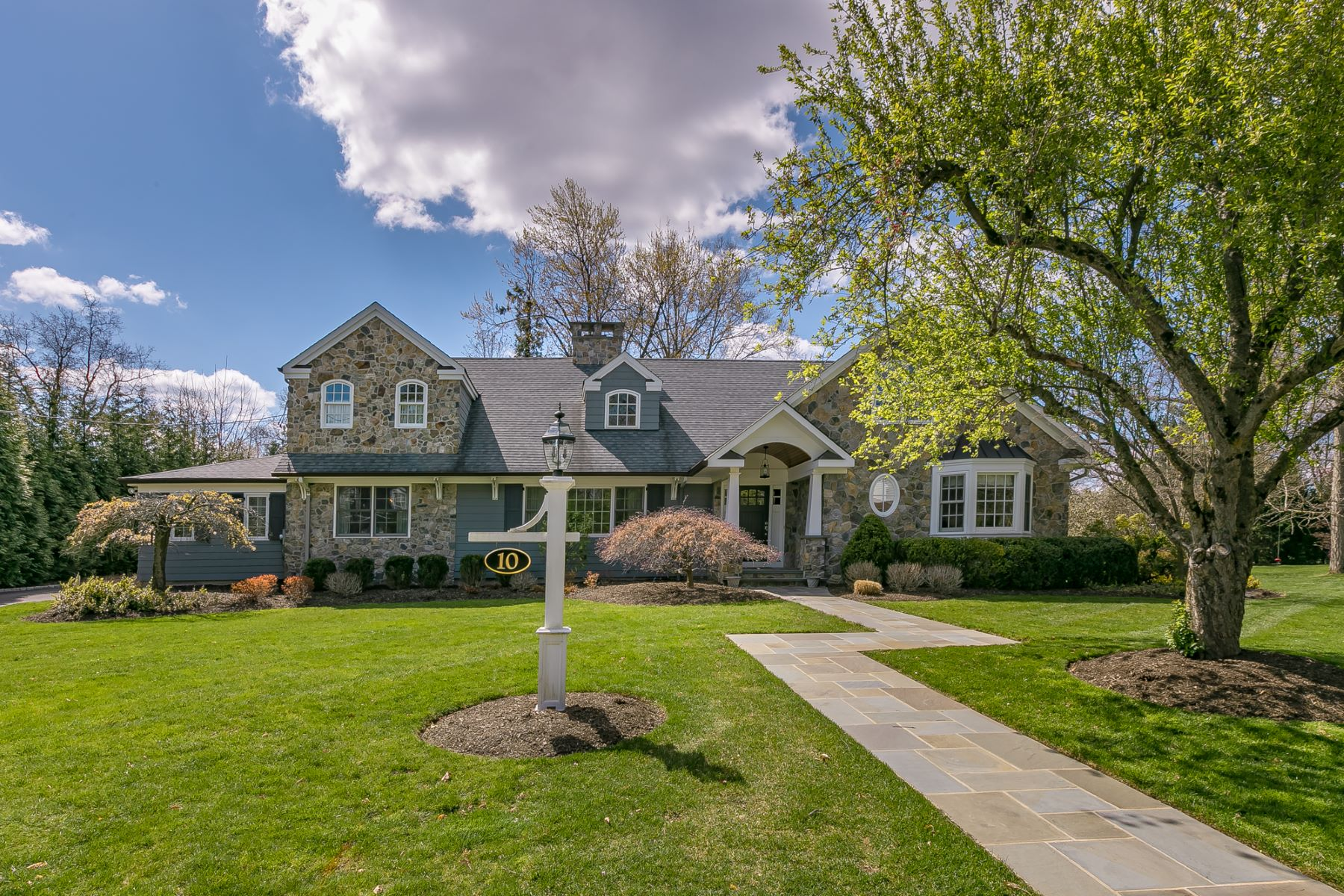 Single Family Homes 为 销售 在 Beautifully Designed Expanded Ranch 10 Harwood Drive, Madison, 新泽西州 07940 美国
