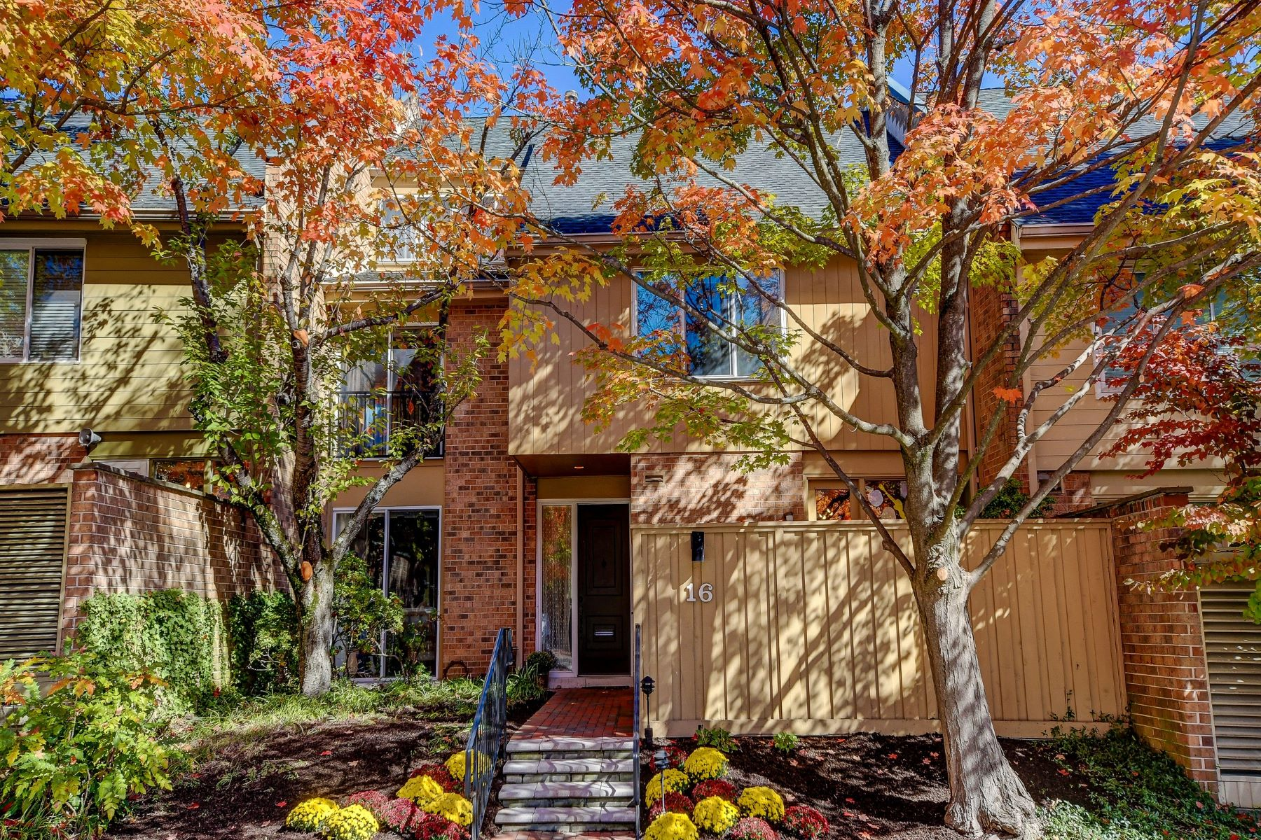 townhouses のために 売買 アット Spacious Easy Living 16 Roland Mews #R116, Baltimore, メリーランド 21210 アメリカ