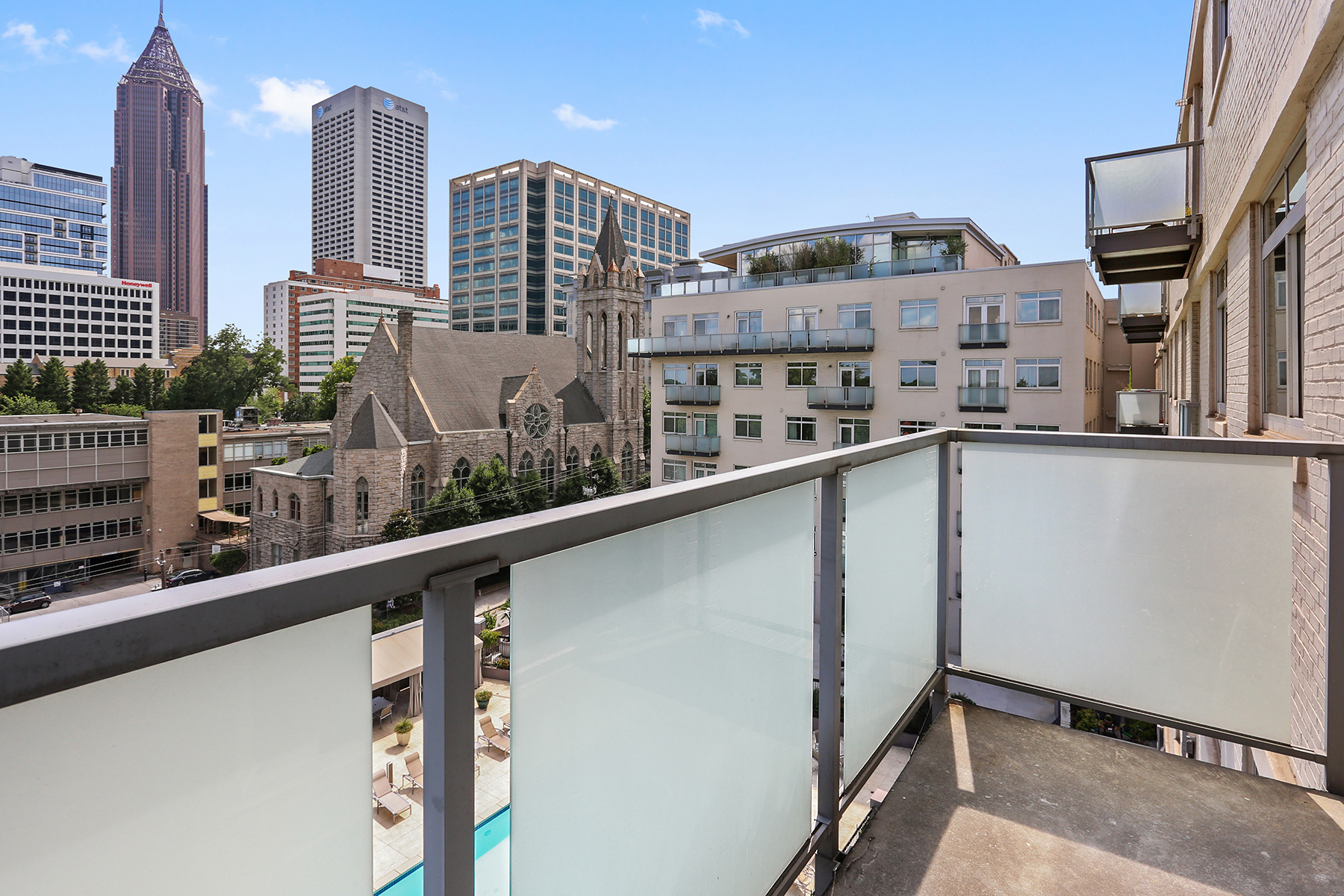 Additional photo for property listing at Meticulous and Thoughtful Renovation of Expansive Combination Unit 805 Peachtree Street NE #504 Atlanta, Georgia 30308 United States