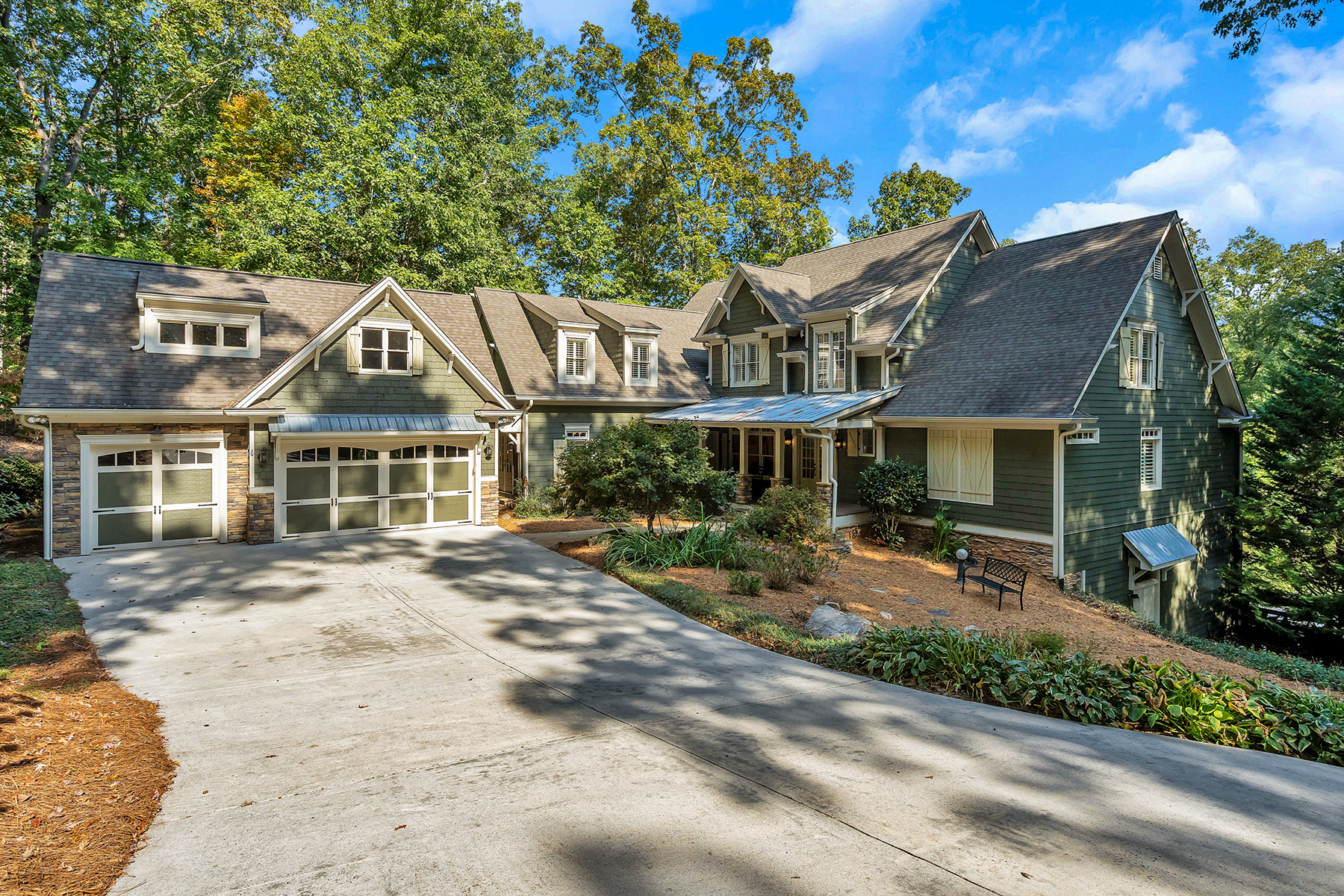 Single Family Homes per Vendita alle ore Lakefront Home on 6.69+/- Acres 255 Iron Mountain Road, Canton, Georgia 30115 Stati Uniti