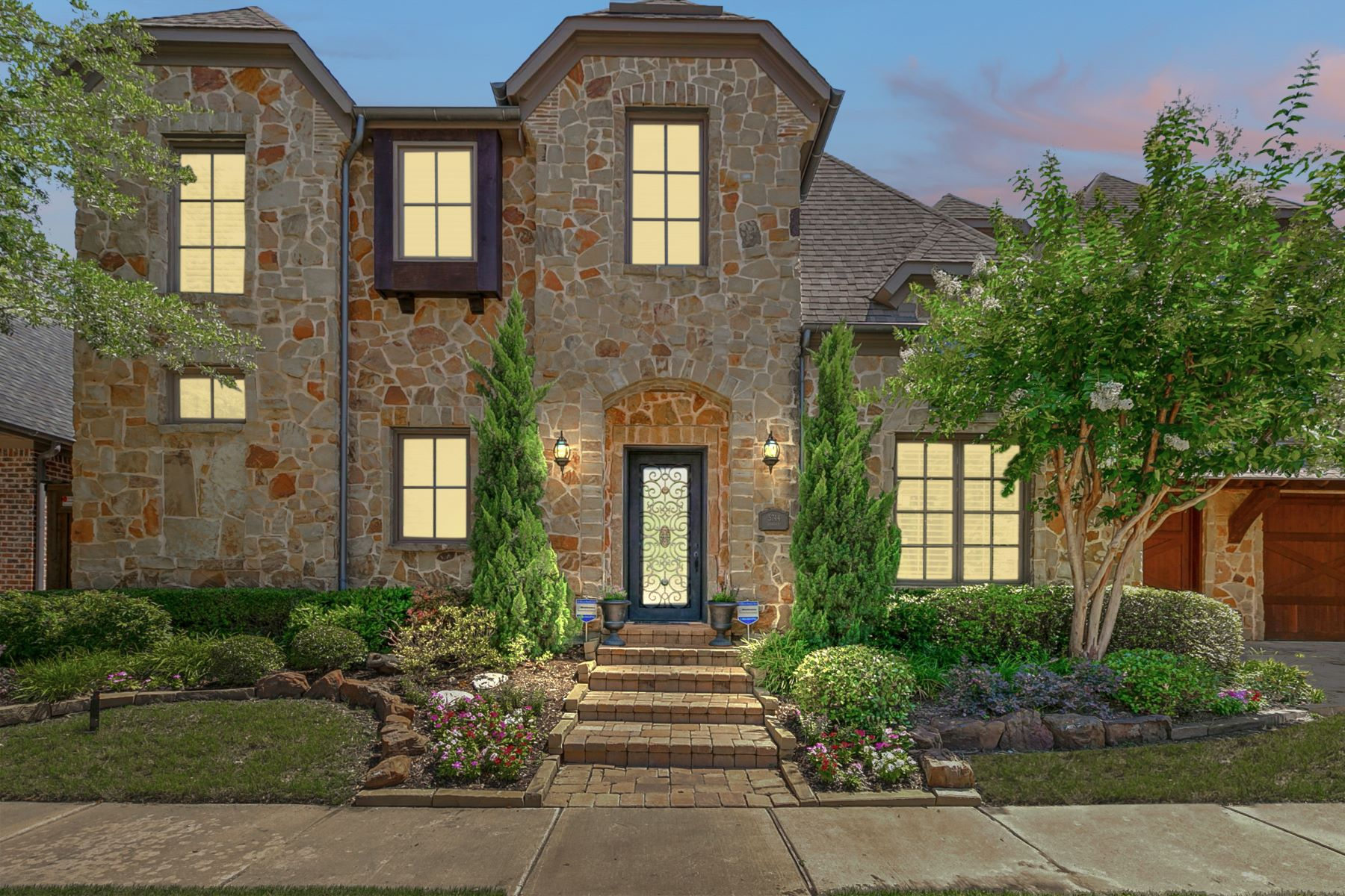 Single Family Homes für Verkauf beim Two Master Bedrooms! 5744 Carrier Lane, Plano, Texas 75024 Vereinigte Staaten