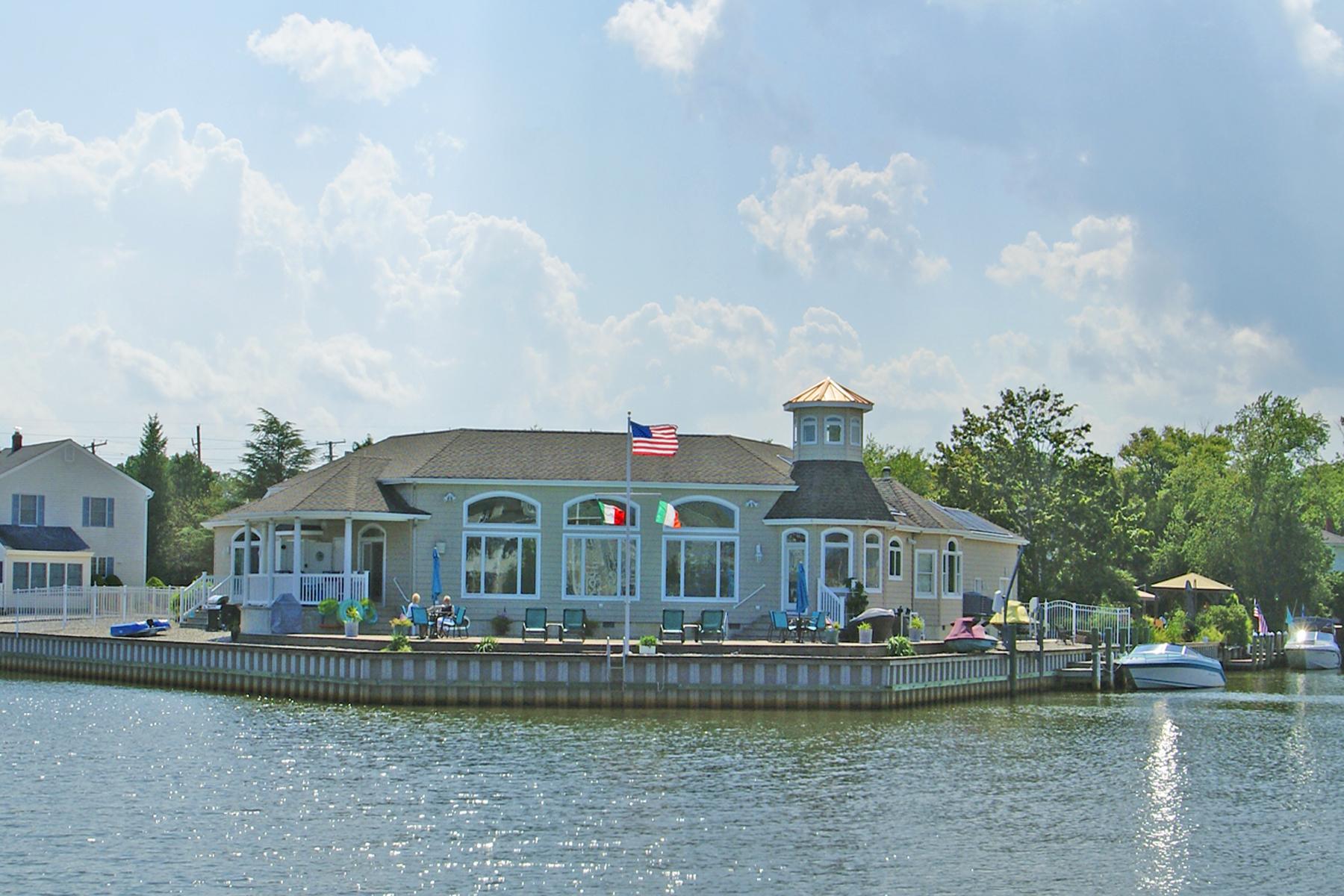 Single Family Homes voor Verkoop op Beautiful Custom Built Waterfront Home 7 Snug Court, Toms River, New Jersey 08753 Verenigde Staten