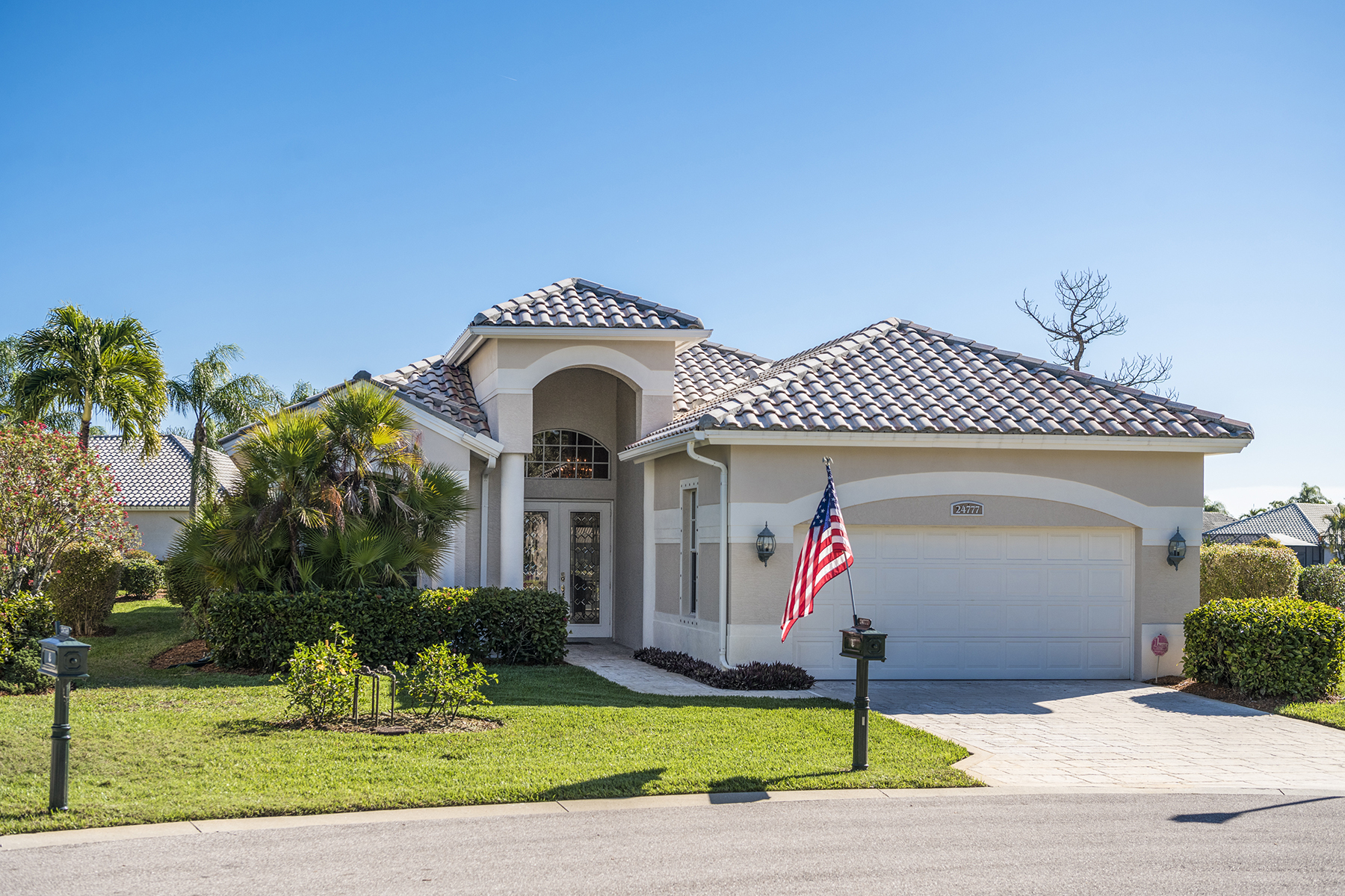 Single Family Homes para Venda às PELICAN LANDING - CAPRI 24777 Goldcrest Drive Bonita Springs, Florida 34134 Estados Unidos
