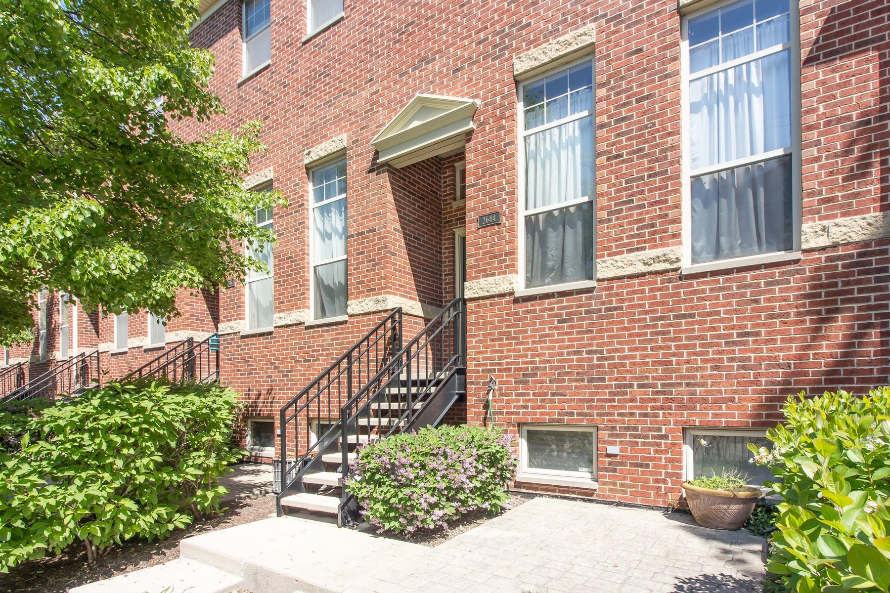 타운하우스 용 매매 에 Sunny Avondale Townhome 2644 W Belmont Avenue Chicago, 일리노이즈, 60618 미국