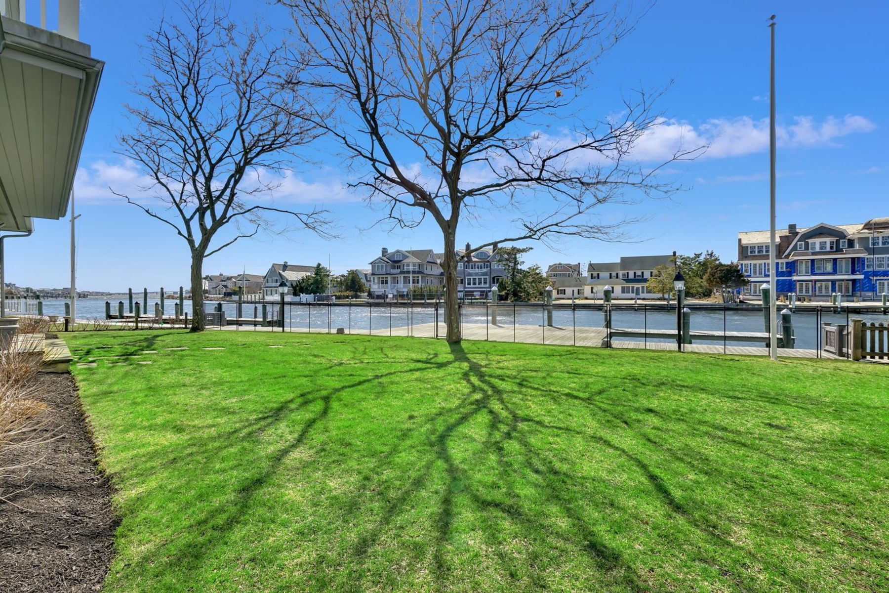 Additional photo for property listing at Exquisitely Appointed Lagoon Front Home Offers Shore Living At It's Finest 950 Barnegat Lane, Mantoloking, Nova Jersey 08738 Estados Unidos