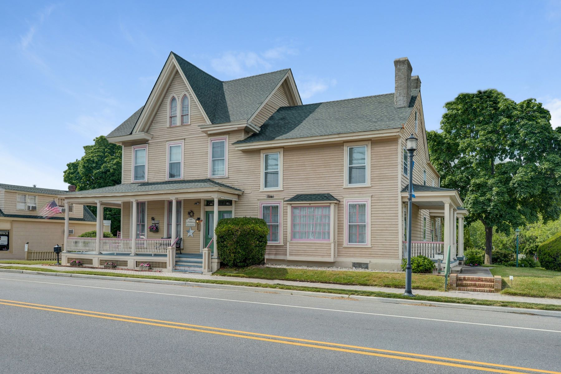 Single Family Homes のために 売買 アット ELEGANCE, BEAUTY & PROVENANCE IS SURE TO WELCOME YOU HOME. 147-151 E Main Street, Tuckerton, ニュージャージー 08087 アメリカ
