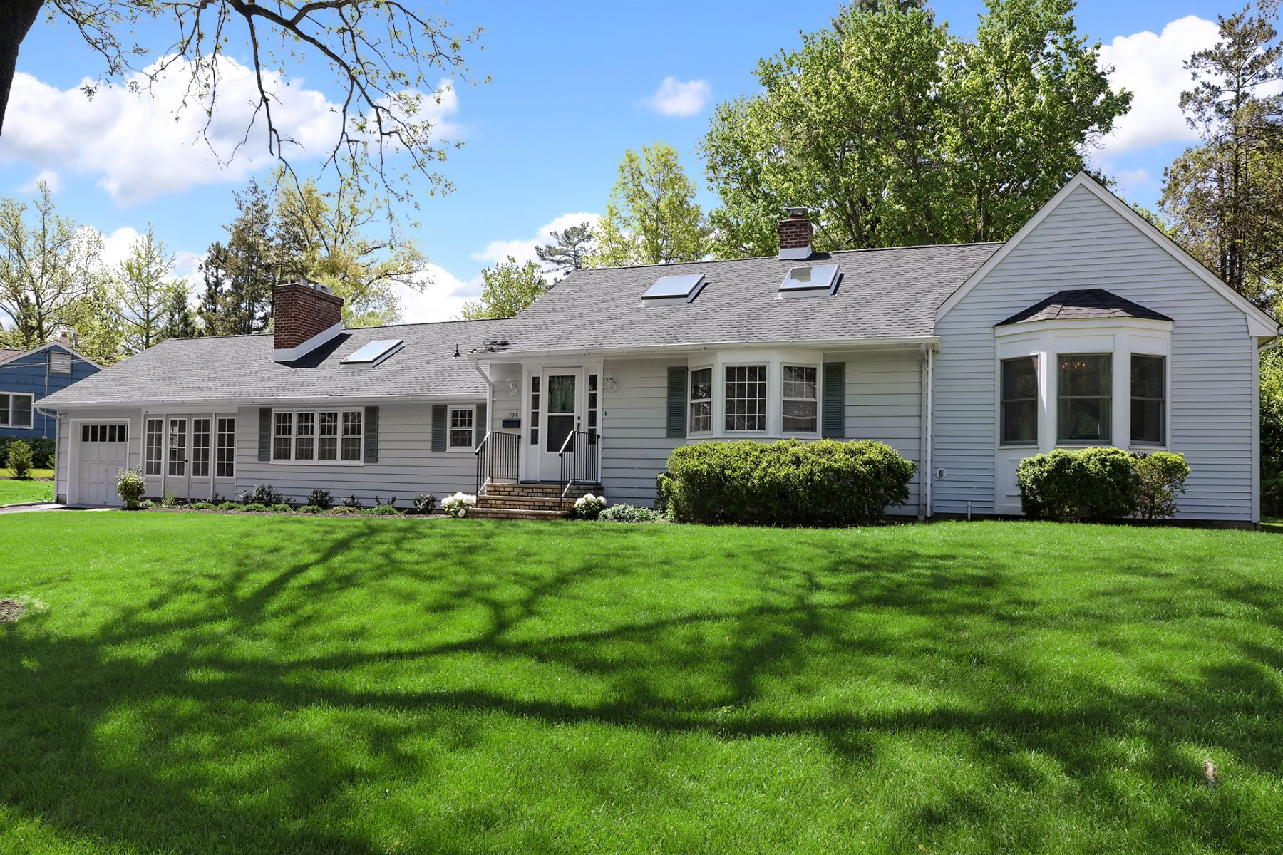 Open, Airy, and So Convenient to Everything! 136 Randall Road, Princeton, New Jersey 08540 Vereinigte Staaten
