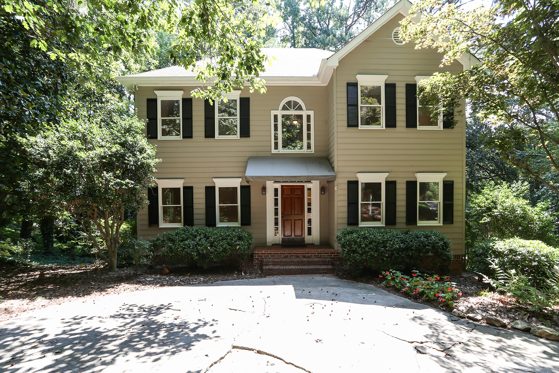 Single Family Homes 용 매매 에 Timeless Charmer Located in Desirable Wetherbyrne Woods 3188 Country Club Ct, Kennesaw, 조지아 30144 미국