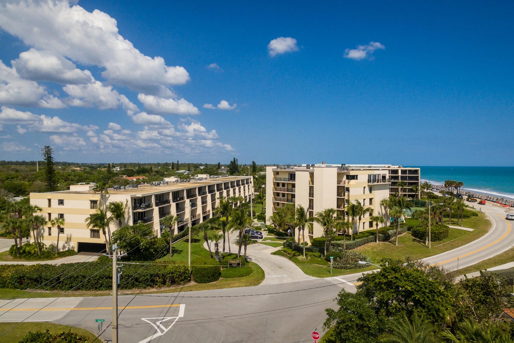 Condominio por un Venta en Fully Furnished Ocean View Condo 3939 Ocean Drive #204C Vero Beach, Florida, 32963 Estados Unidos