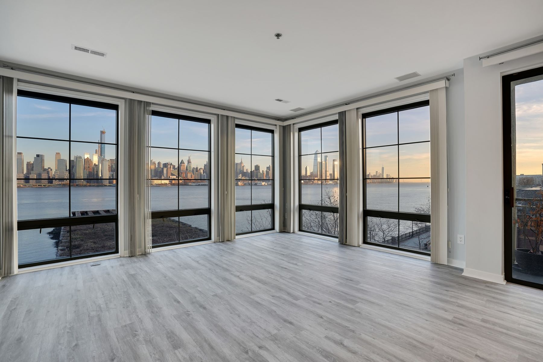 Propriété pour l Vente à Enjoy this stunning South East home with NYC and the Hudson River views i 24 Avenue at Port Imperial #303, West New York, New Jersey 07093 États-Unis