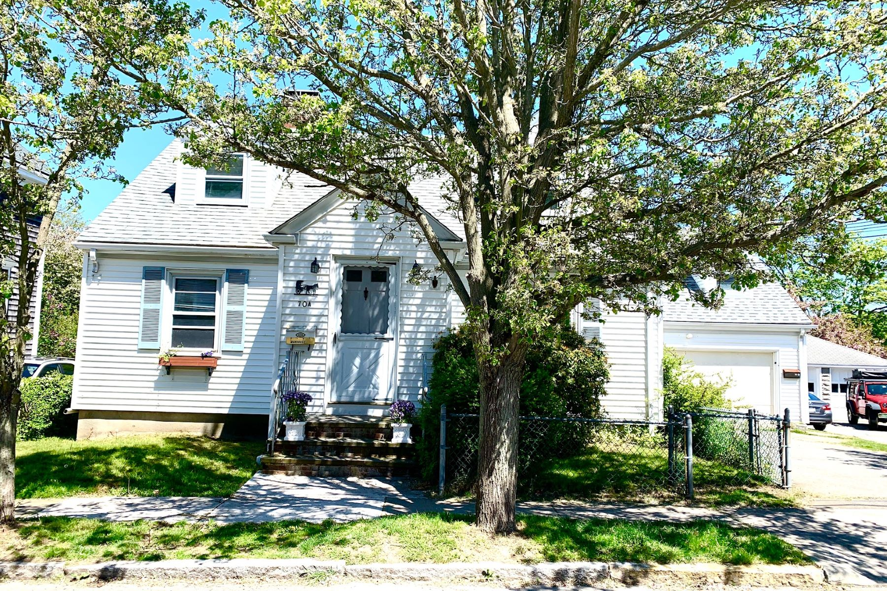 Single Family Homes por un Venta en Rare Opportunity in Desirable Neighborhood 70 A Roseneath Avenue Newport, Rhode Island 02840 Estados Unidos