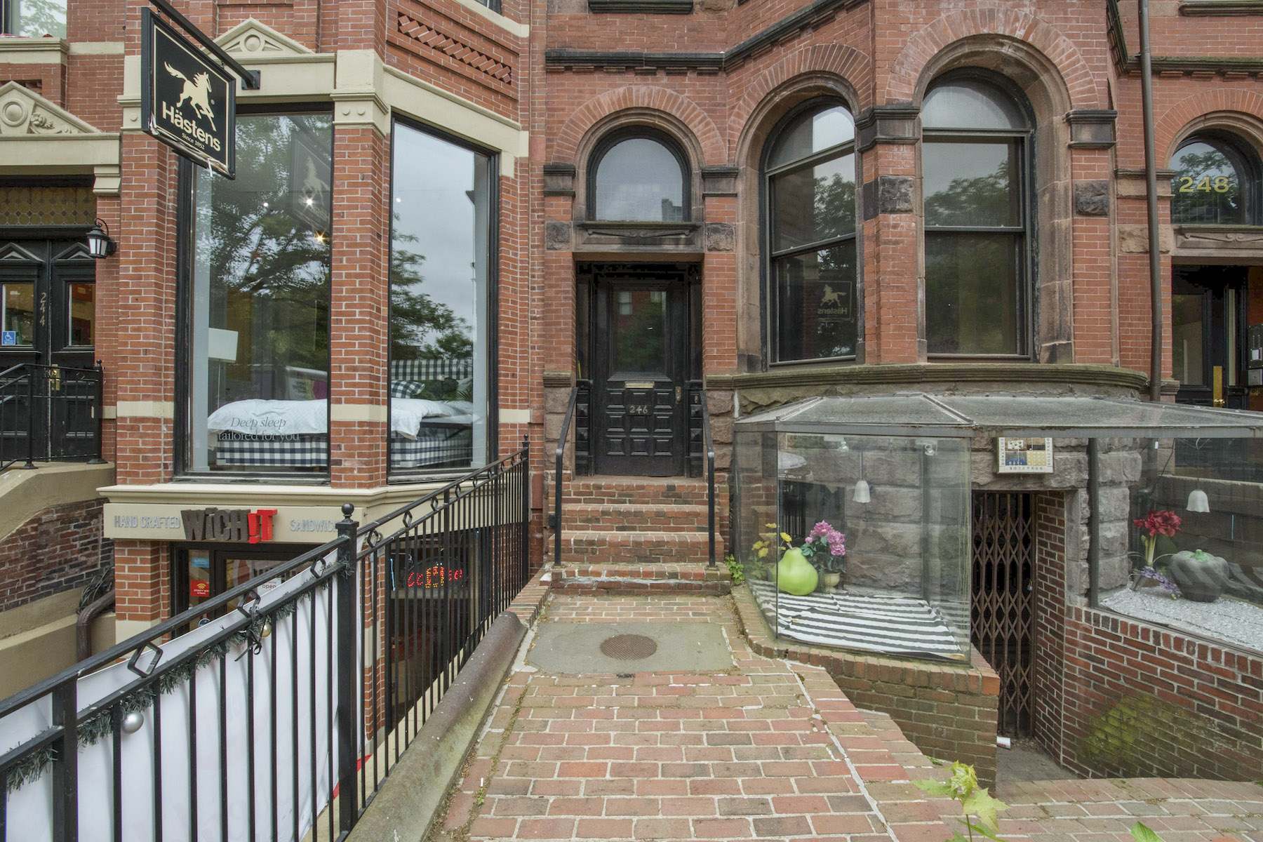 por un Venta en Rare Opportunity To Purchase This Mixed Use Newbury Street Brownstone 246 Newbury Street Boston, Massachusetts 02116 Estados Unidos