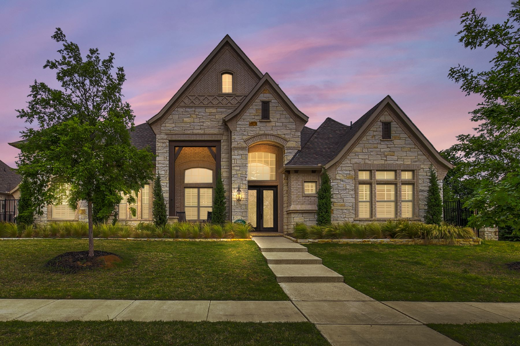 Single Family Homes for Sale at Exquisite Winding Creek Single Story! 605 Cascade Springs Drive Southlake, Texas 76092 United States