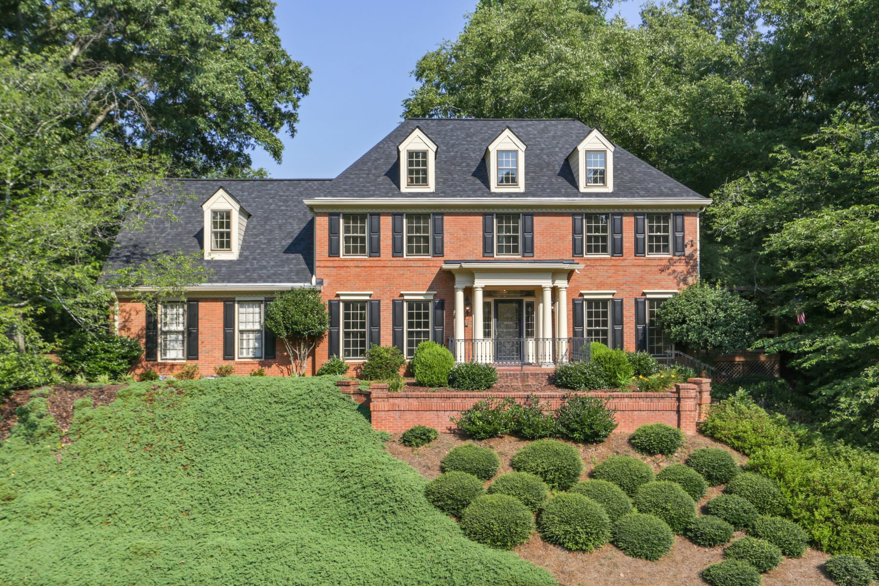 Property のために 売買 アット Stunning Brick Traditional in Popular Country Club 345 Richfield Ct, Roswell, ジョージア 30075 アメリカ