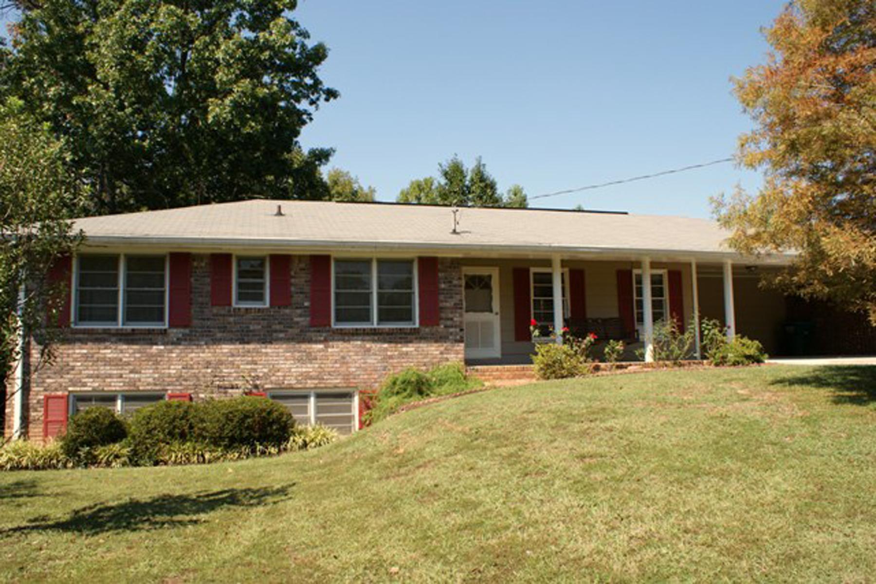 Частный односемейный дом для того Аренда на FabulousRanchHome RentalInPeachtreeCorners 6725 Ridge Moore Drive Peachtree Corners, Джорджия 30360 Соединенные Штаты