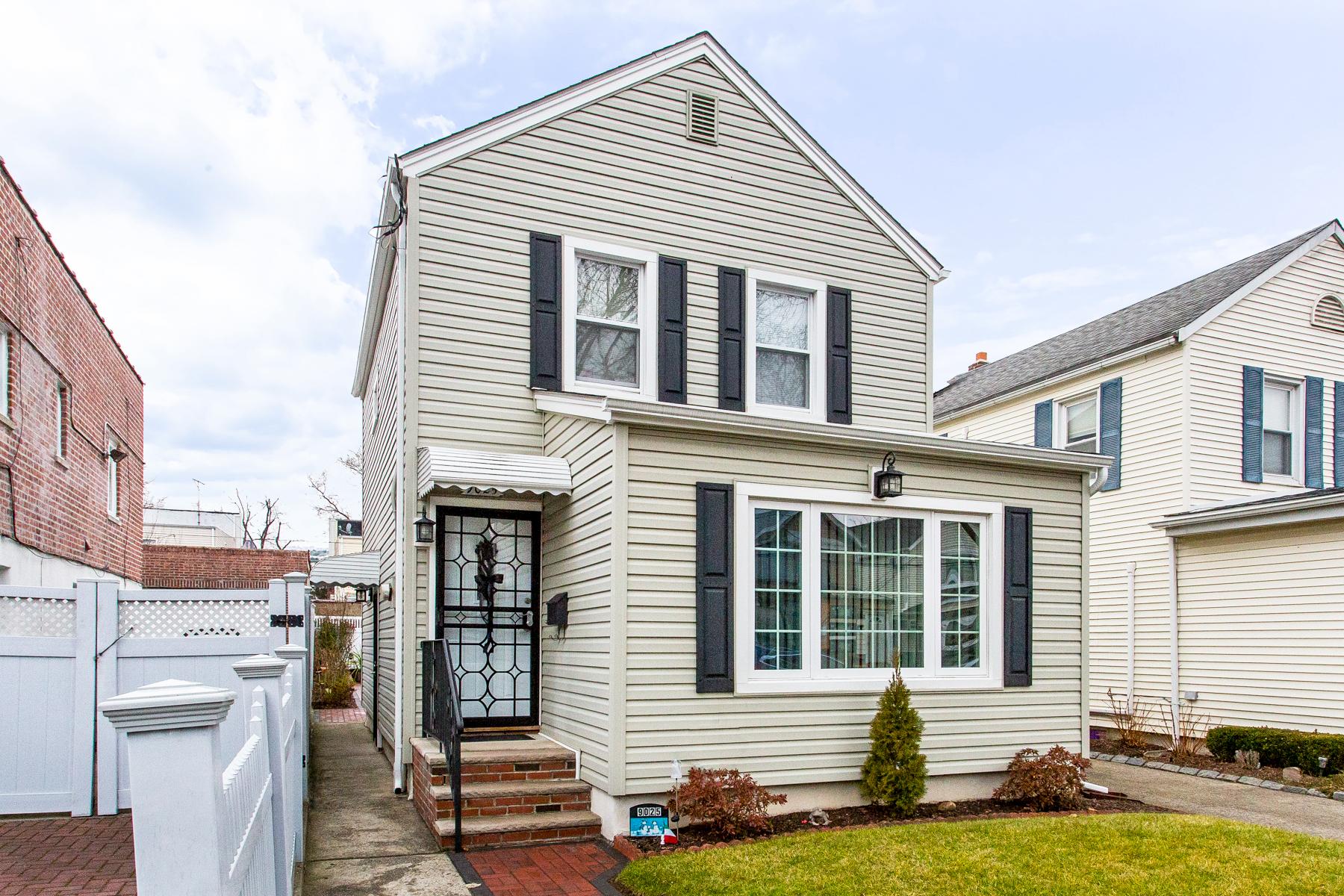 """Single Family Homes por un Venta en """"CHARMING DETACHED COTTAGE HOME"""" 90-25 70th Drive, Forest Hills, Queens, Nueva York 11375 Estados Unidos"""
