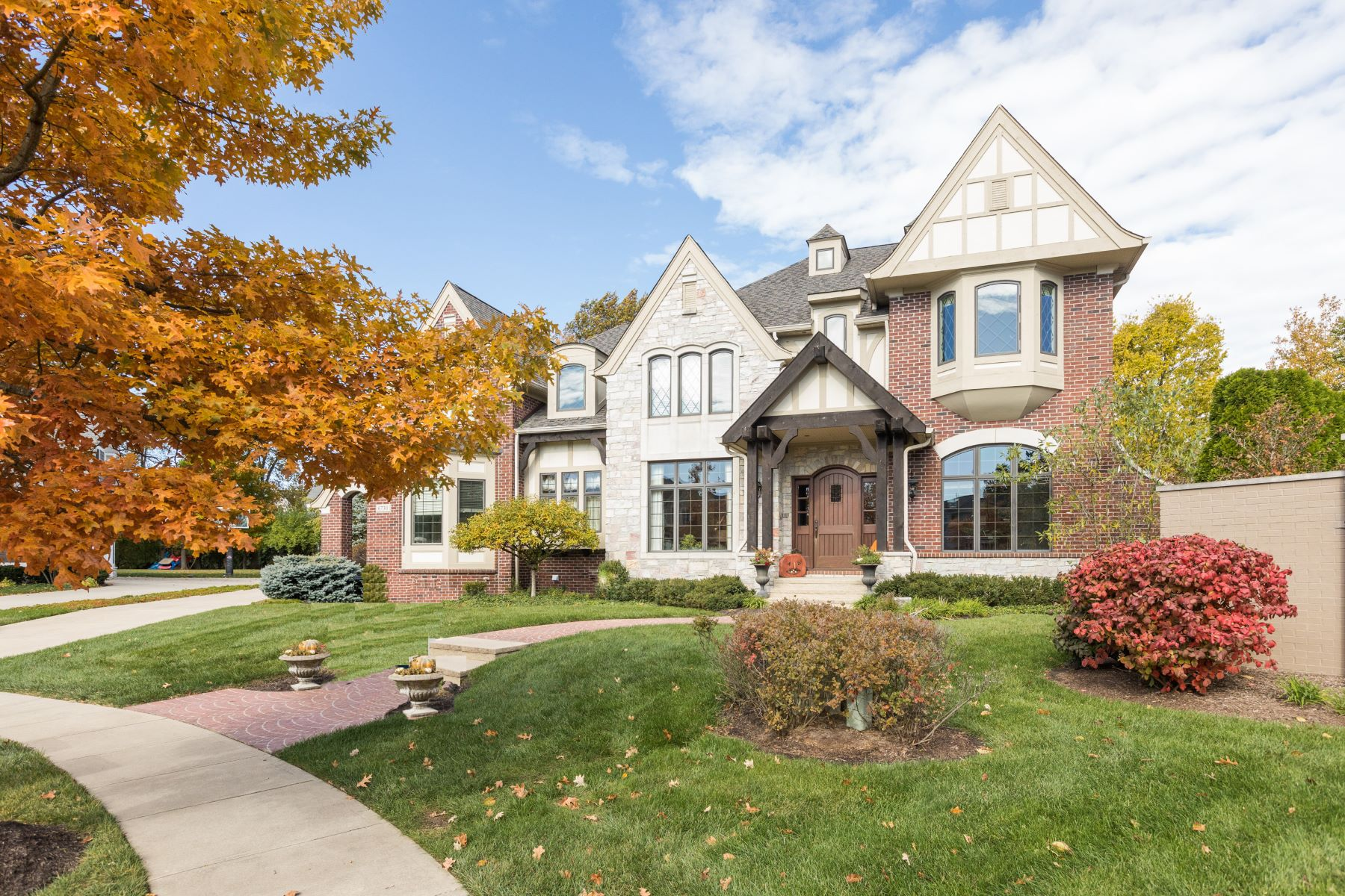 Single Family Homes 为 销售 在 Architectural Stunner in Stonegate 6730 Beekman Place W 宰恩斯维尔, 印第安纳州 46077 美国
