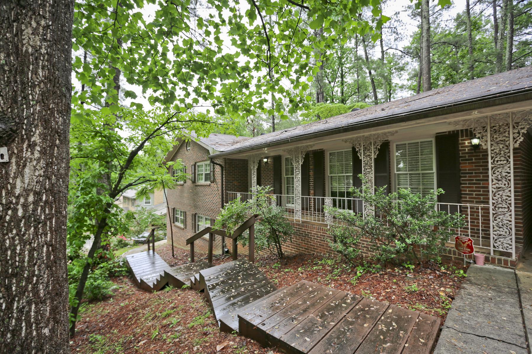 Maison unifamiliale pour l Vente à Brick Ranch With Complete In-law/Au Pair Suite 2509 Henderson Mill Road NE Atlanta, Georgia, 30345 États-Unis