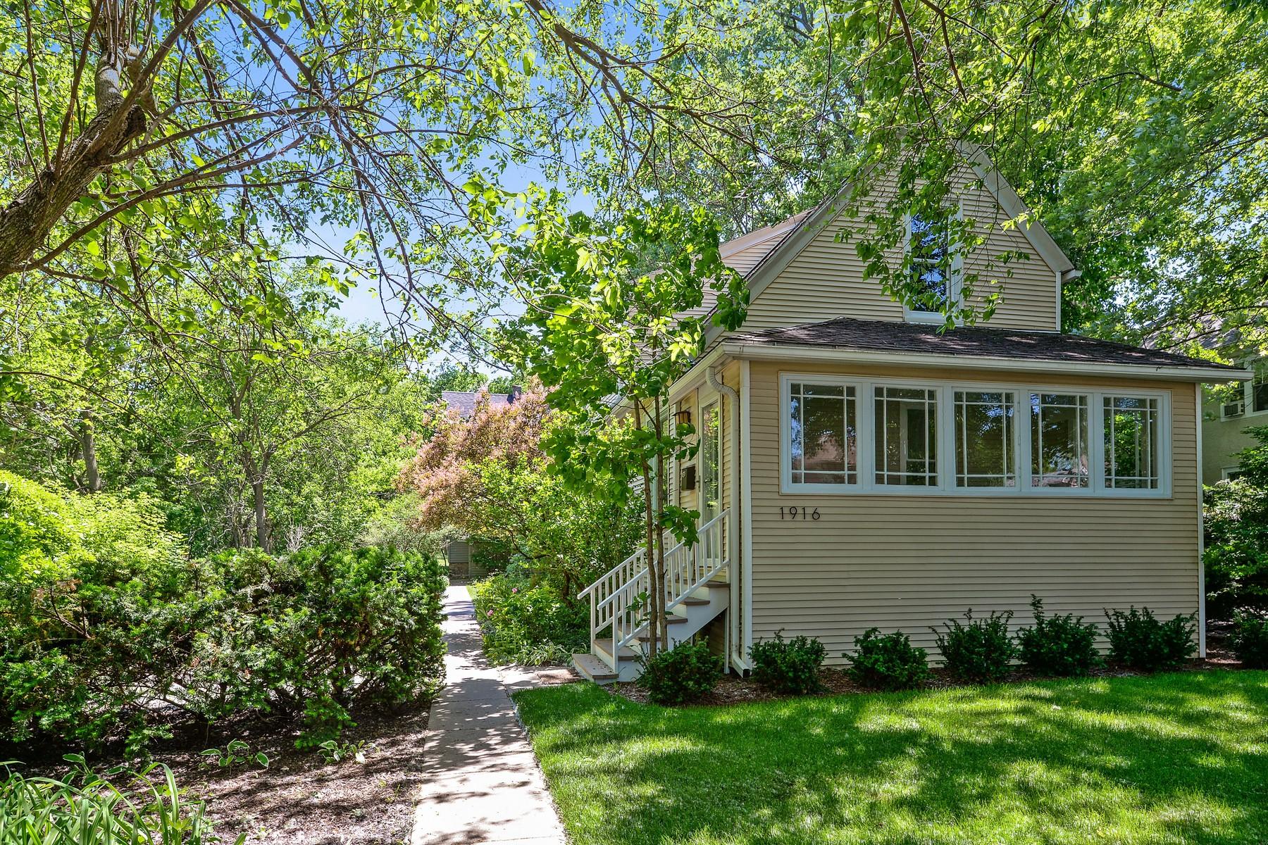 Nhà ở nhiều gia đình vì Bán tại Charming Two Story Farmhouse 1916 Noyes Street Evanston, Illinois, 60201 Hoa Kỳ