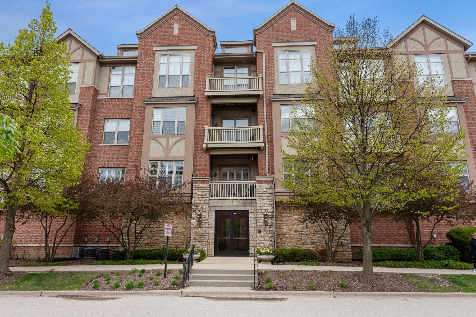 Кондоминиум для того Продажа на Luxurious 2-Bedroom Light-Filled Condo 1739 Tudor Lane Unit 103 Northbrook, Иллинойс 60062 Соединенные Штаты