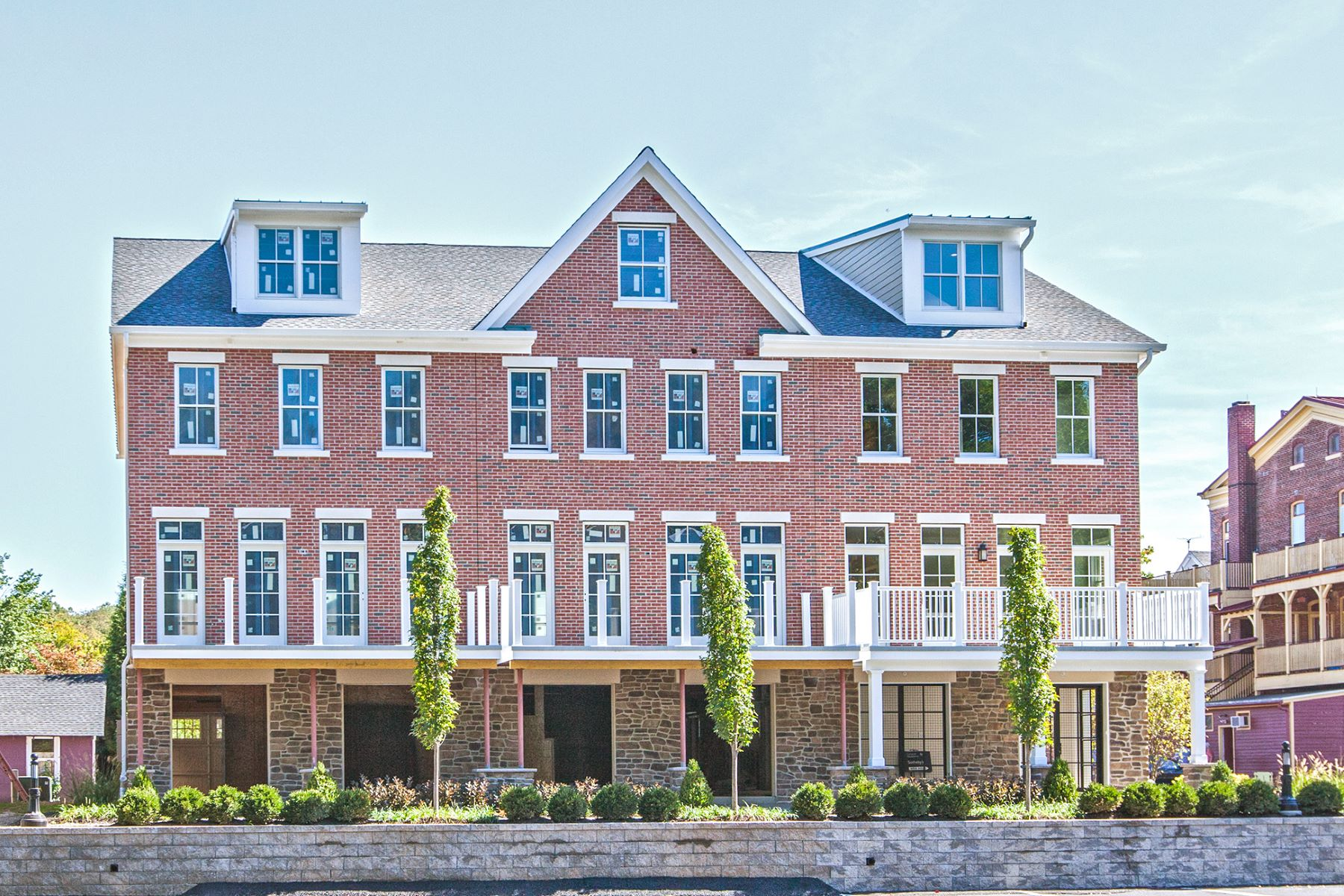 Maison accolée pour l Vente à Twenty Outstanding Waterfront Townhouses 1 River Mills Drive B1 Frenchtown, New Jersey 08825 États-Unis