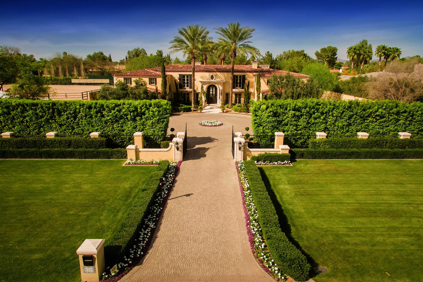 Einfamilienhaus für Verkauf beim Sophisticated Santa Barbara estate 6510 E Bar Z Ln Paradise Valley, Arizona, 85253 Vereinigte Staaten