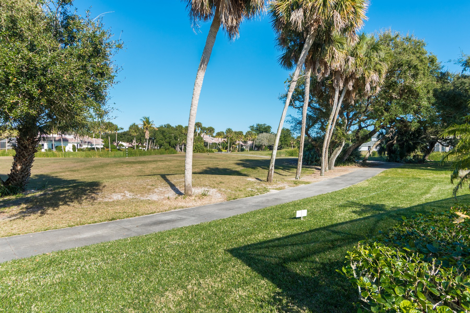 Additional photo for property listing at Beautiful pool home with direct golf course views. 345 Hammock Shore Drive Melbourne Beach, Florida 32951 Amerika Birleşik Devletleri
