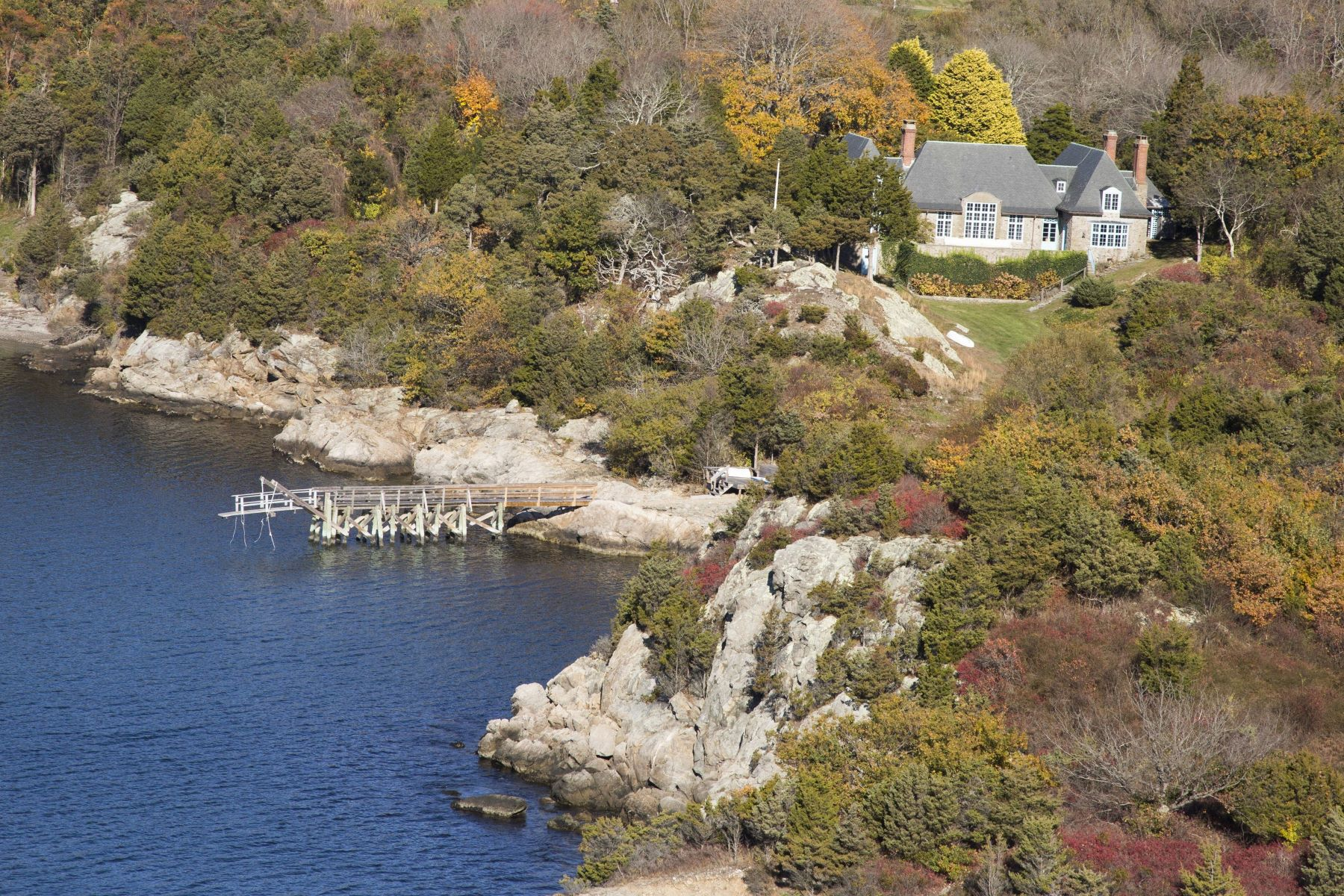 واحد منزل الأسرة للـ Sale في Historic Stone Cottage 216 Highland Drive Jamestown, Rhode Island 02835 United States