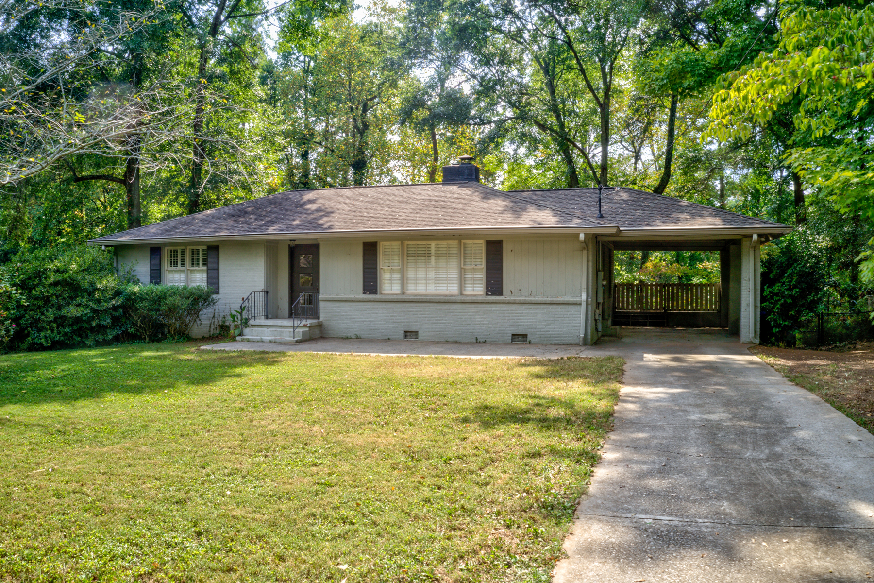 Single Family Homes のために 売買 アット Fantastic Home Atop A Huge Lot Just Seconds From Historic Roswell 127 Spring Drive, Roswell, ジョージア 30075 アメリカ