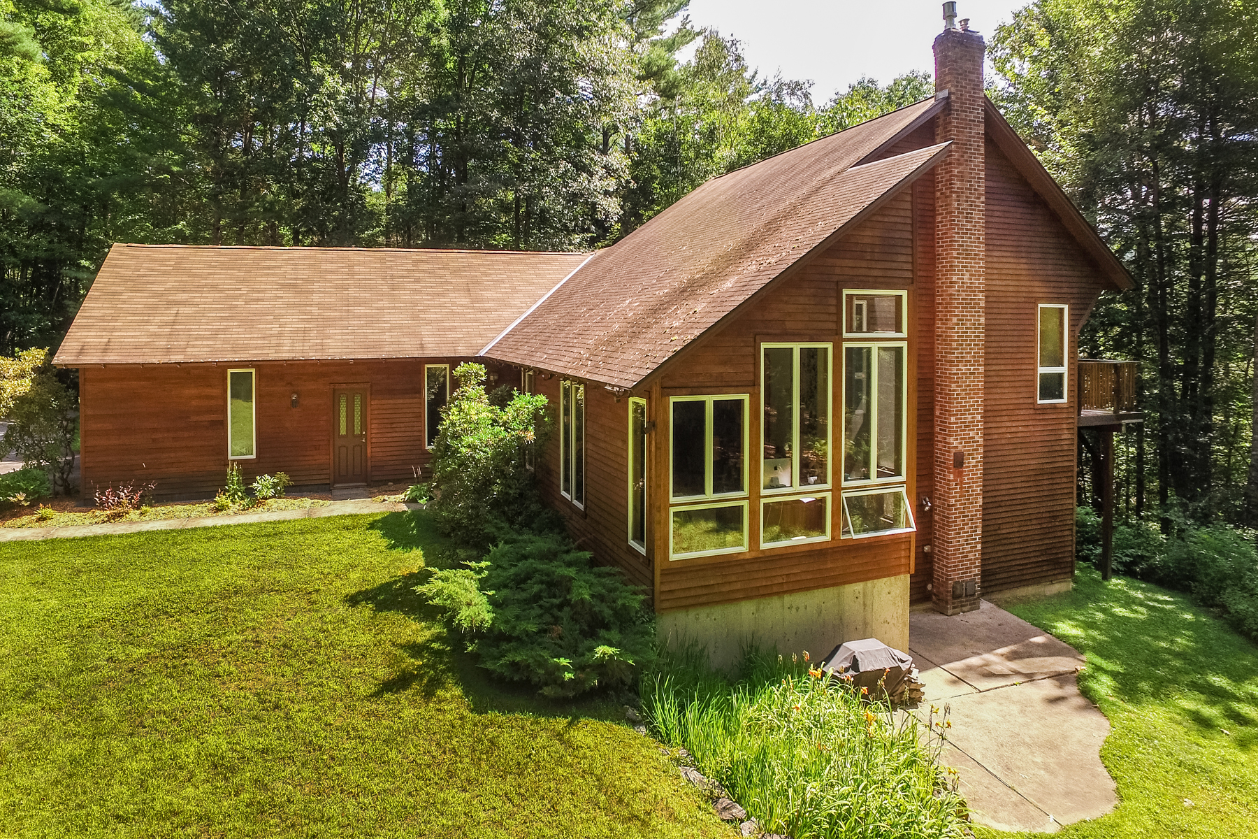 Single Family Homes for Sale at RUTLAND TOWN CONTEMPORARY 651 Colonial Dr Rutland Town, Vermont 05701 United States