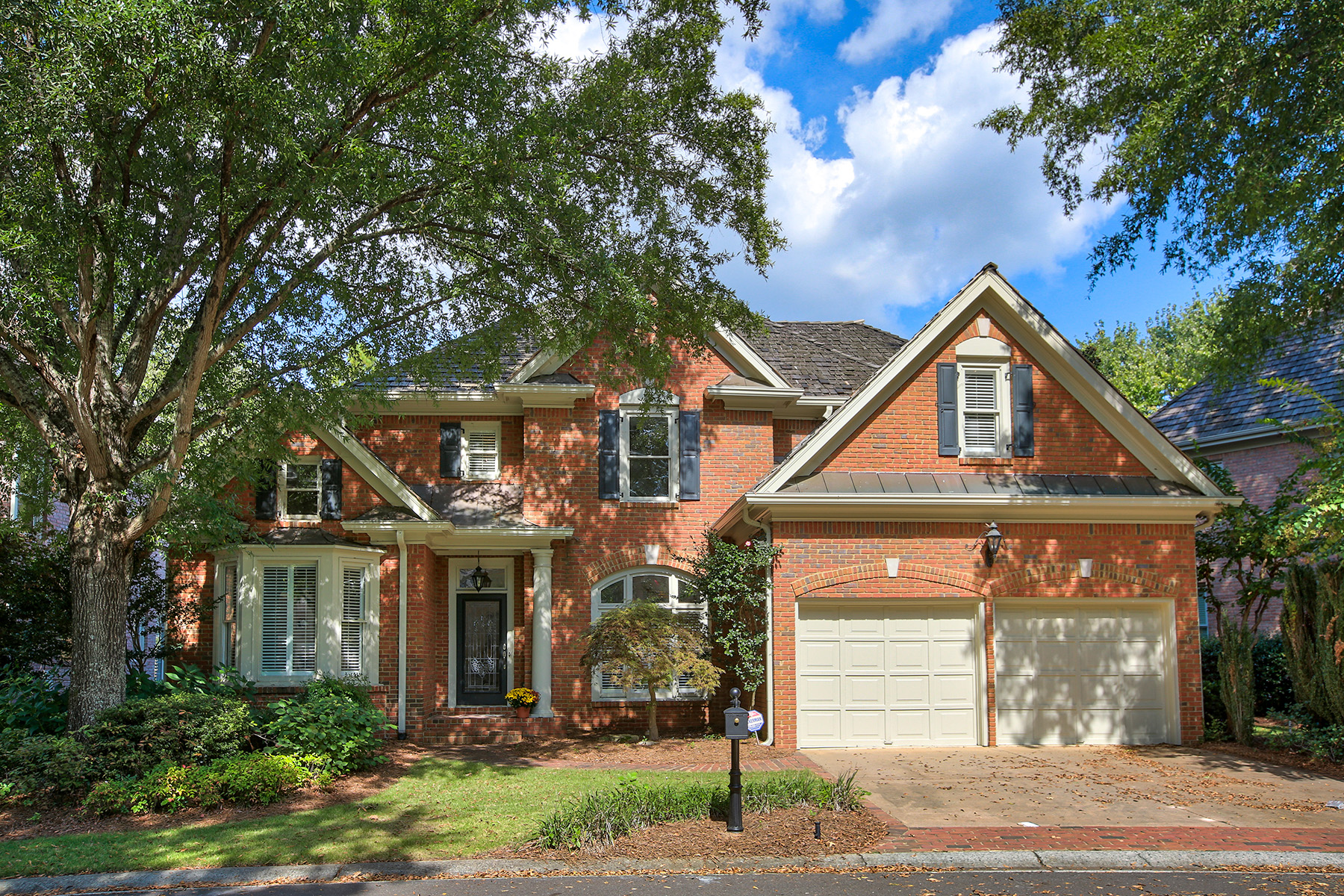 Moradia para Arrendamento às Waterfront Cluster Home in Golf Community 6900 Brookside Drive Roswell, Geórgia 30076 Estados Unidos