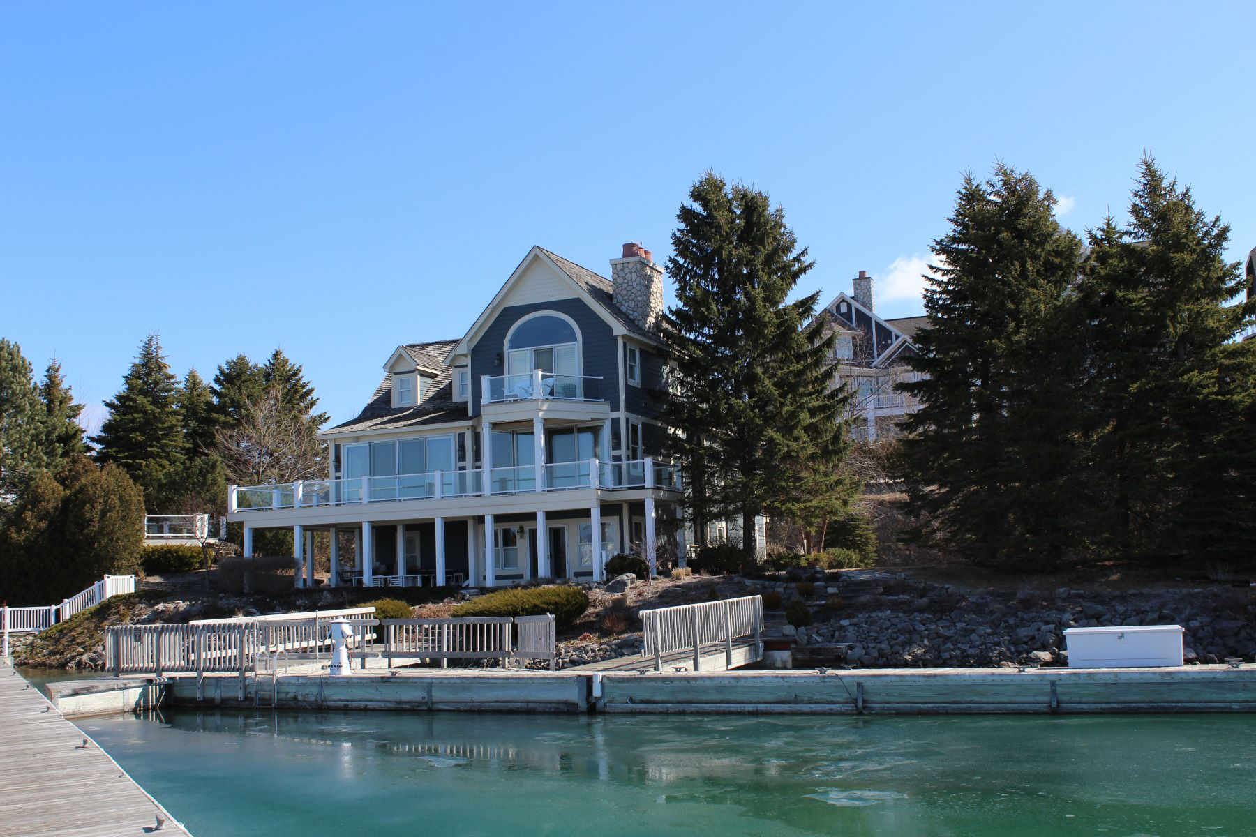 Single Family Homes para Venda às 120 feet of Bay Harbor Lake frontage with 60 feet of double sided dock 850 Vista Drive, Bay Harbor, Michigan 49770 Estados Unidos