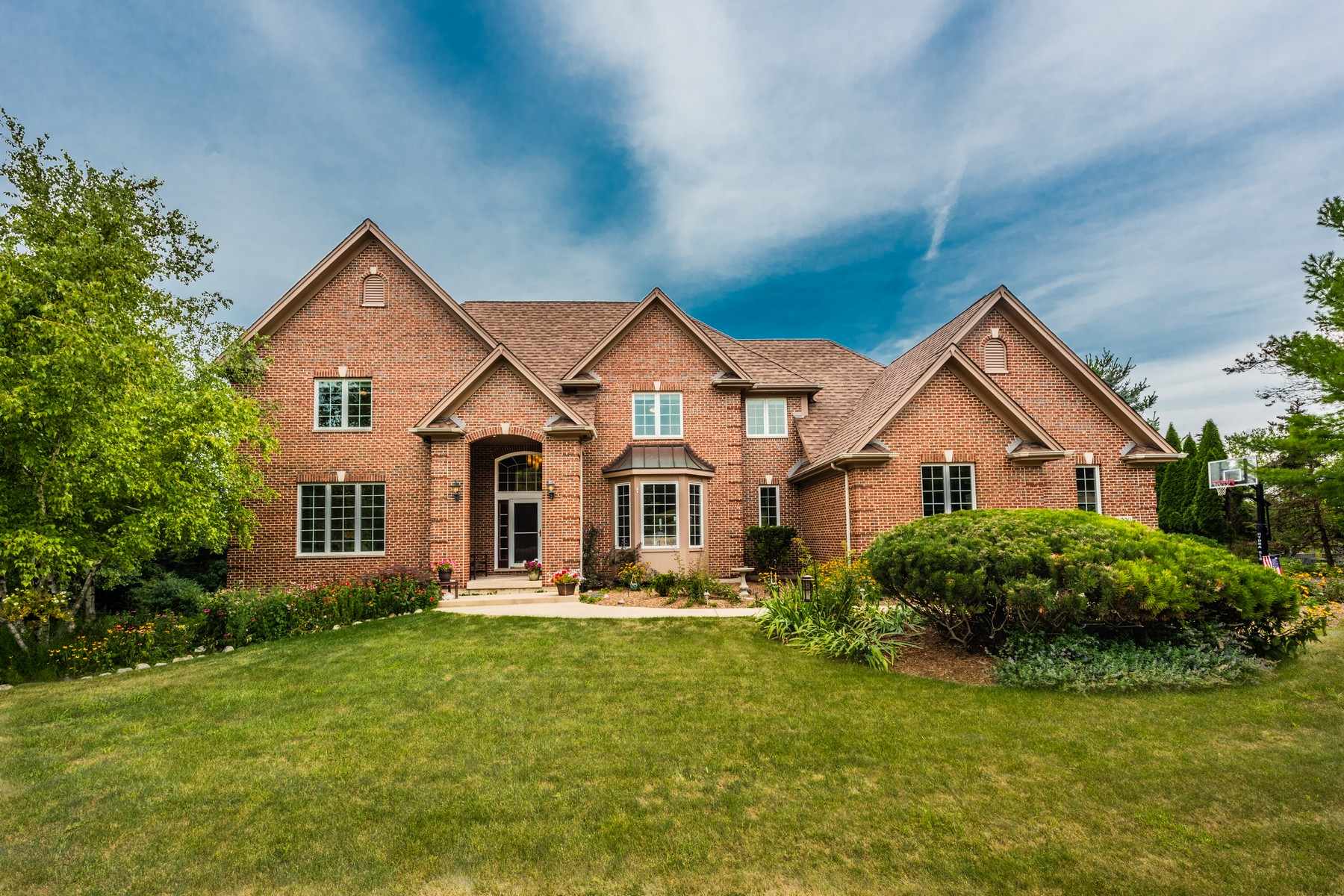 Single Family Homes for Active at Meticulously maintained 6220 Kingsbridge Drive Cary, Illinois 60013 United States