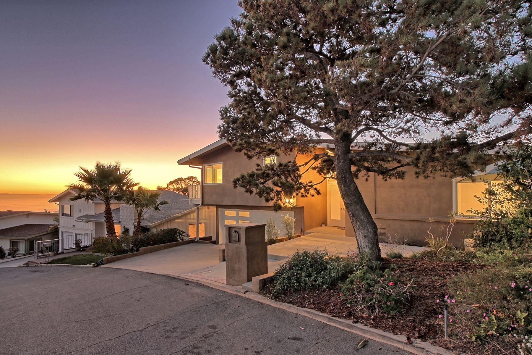 Single Family Homes for Sale at Mariposa Ocean View 375 Mariposa Drive Ventura, California 93001 United States