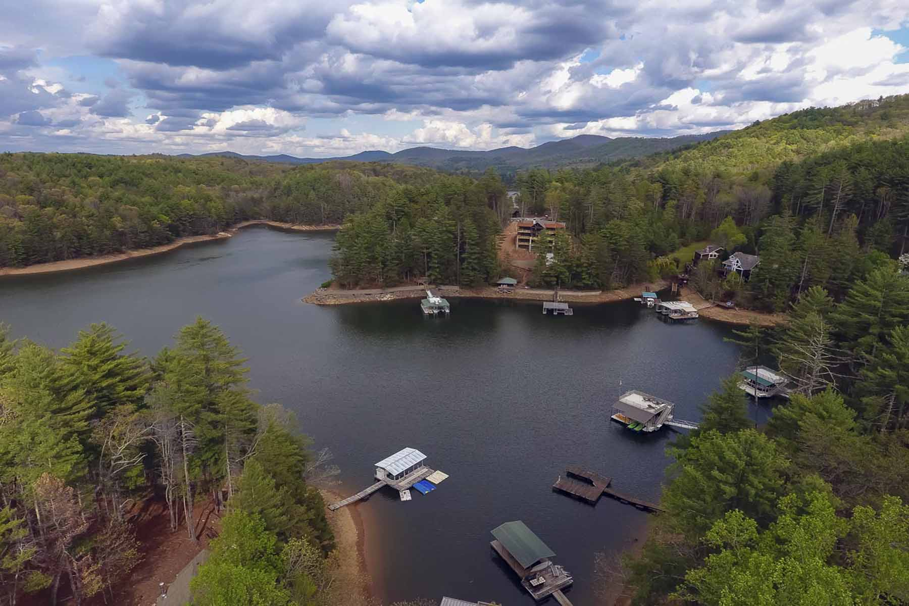 Casa Unifamiliar por un Venta en Lake Blue Ridge with Two Slip Dock 104 Tall Timber Lane Blue Ridge, Georgia, 30513 Estados Unidos