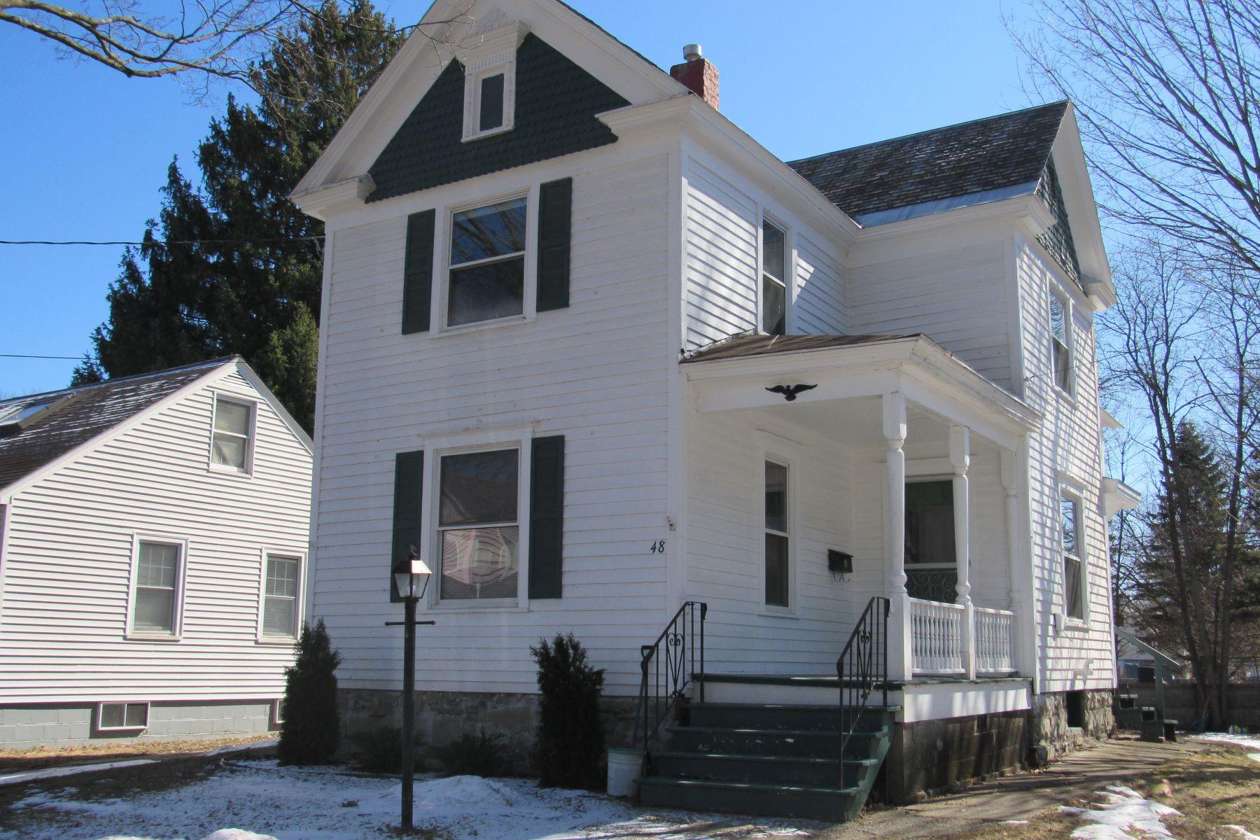 Single Family Homes 為 出售 在 Quaint Home in the Heart of Hudson Falls 48 Elm St, Hudson Falls, 纽约 12839 美國