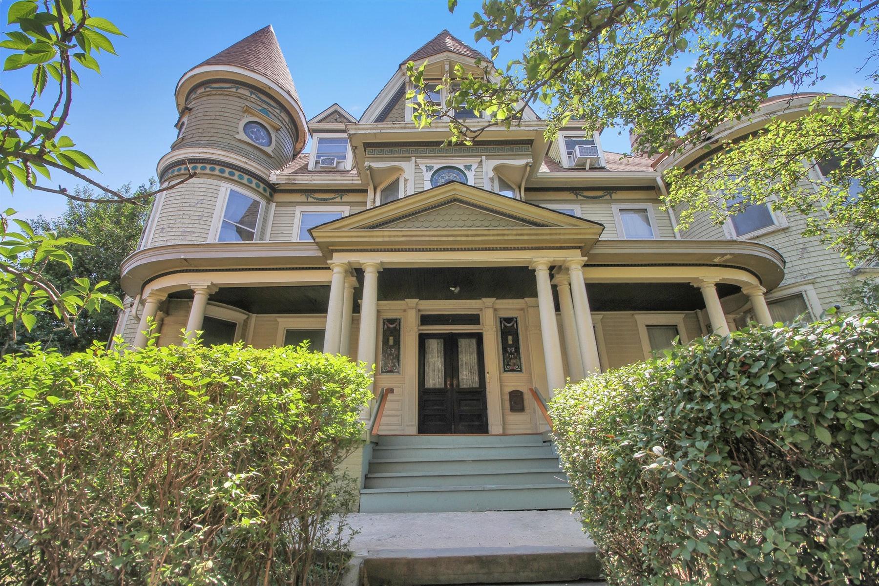 Casa Multifamiliar por un Venta en Award Winning Victorian 4 Family Home 7 Kensington Ave Jersey City, Nueva Jersey 07304 Estados Unidos