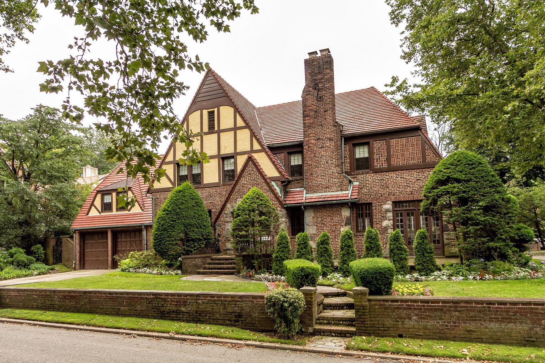 """Single Family Homes för Försäljning vid """"STORYBOOK BRICK & STONE TUDOR"""" 20 Norden Road, Forest Hills Gardens,, Queens, New York 11375 Förenta staterna"""